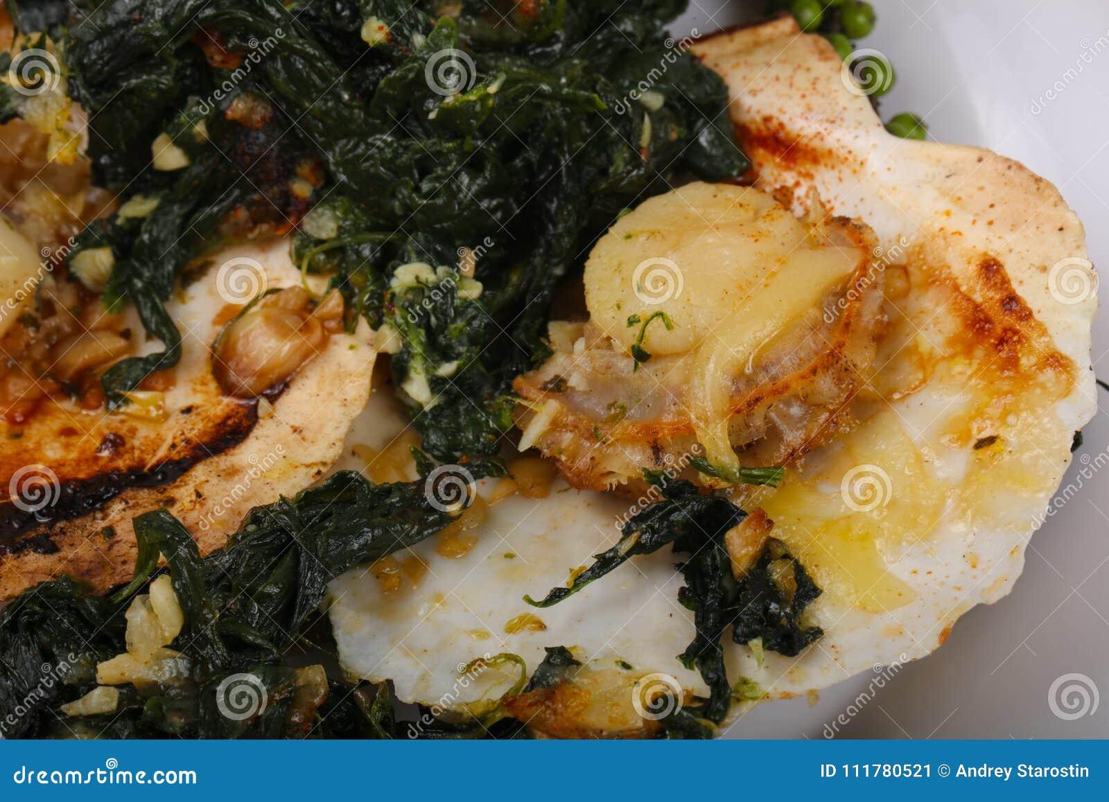 被烘烤的扇贝用菠菜
