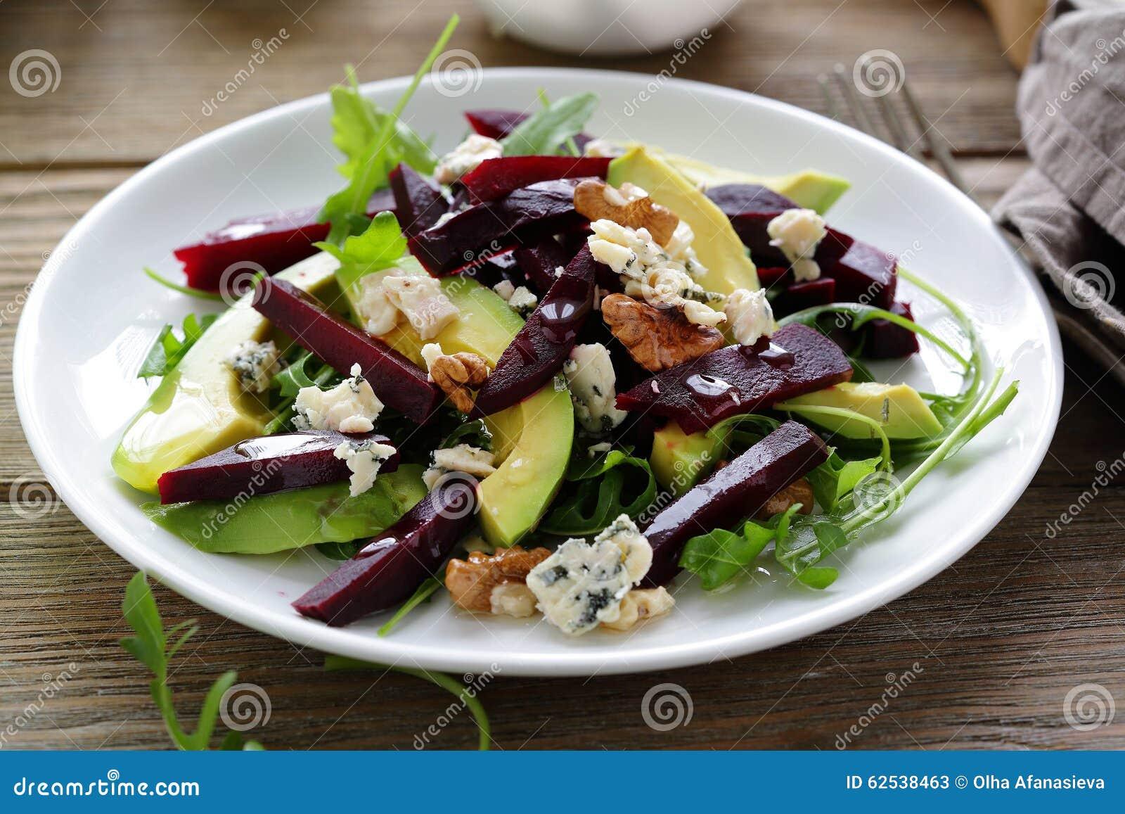 被烘烤的甜菜根沙拉用青纹干酪和鲕梨