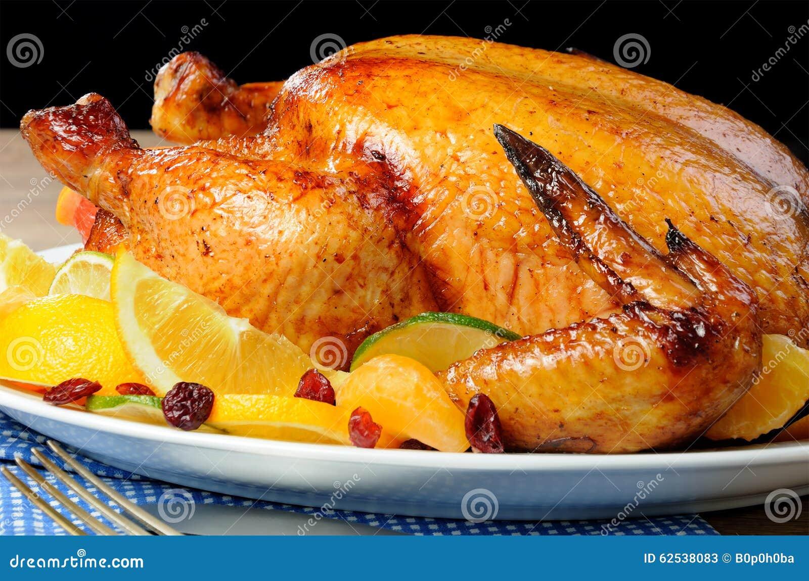 被烘烤的鸡用桔子