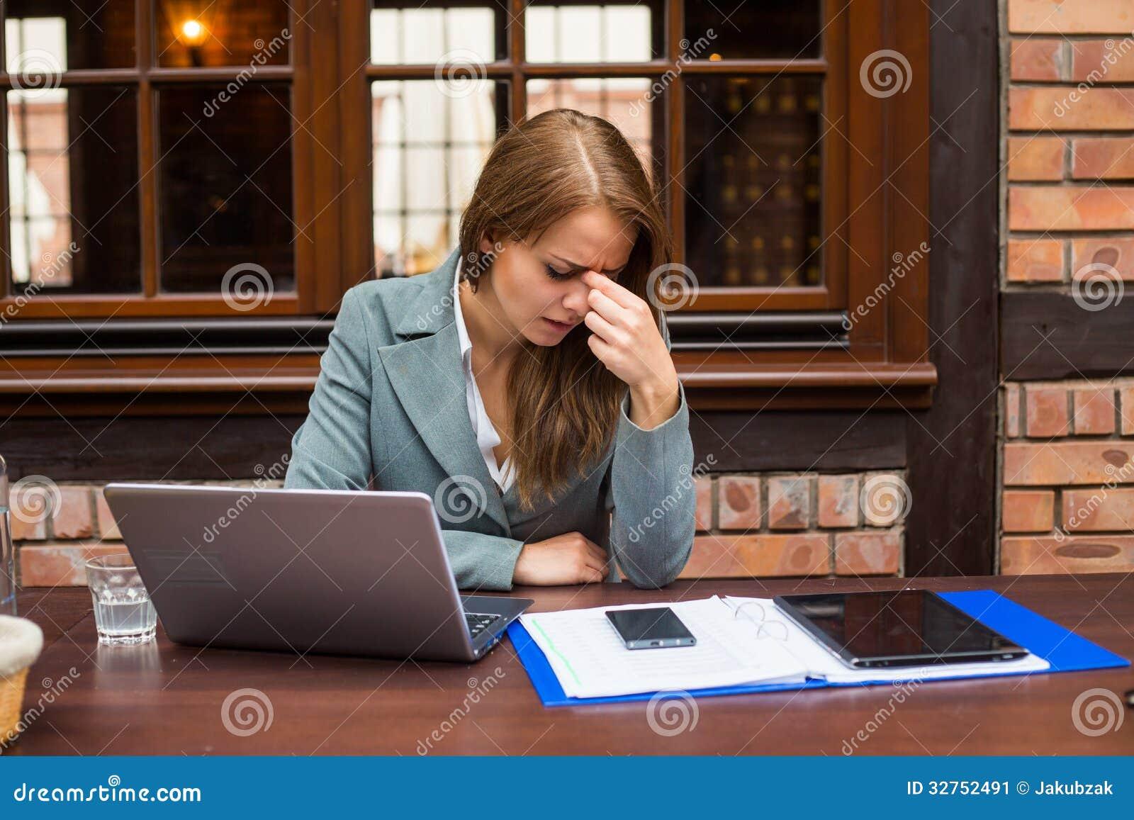 被用尽的女实业家在餐馆。