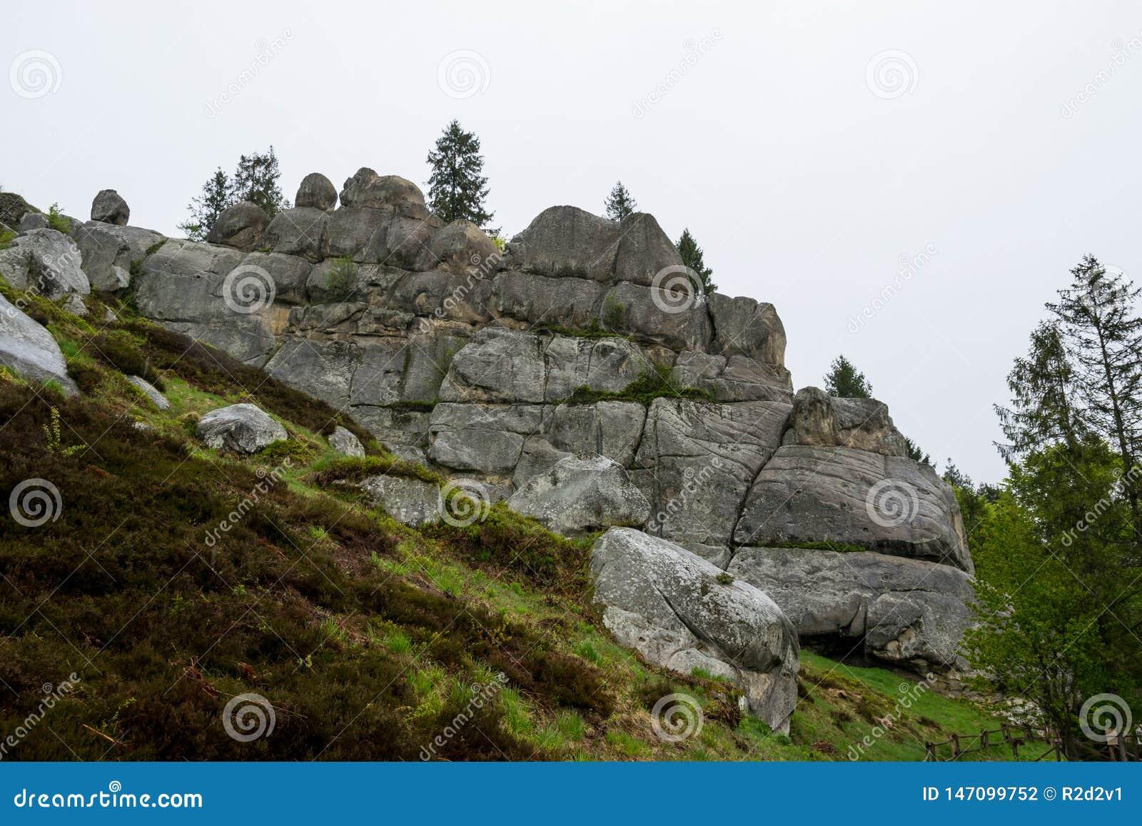 被破坏的堡垒岩石青山的