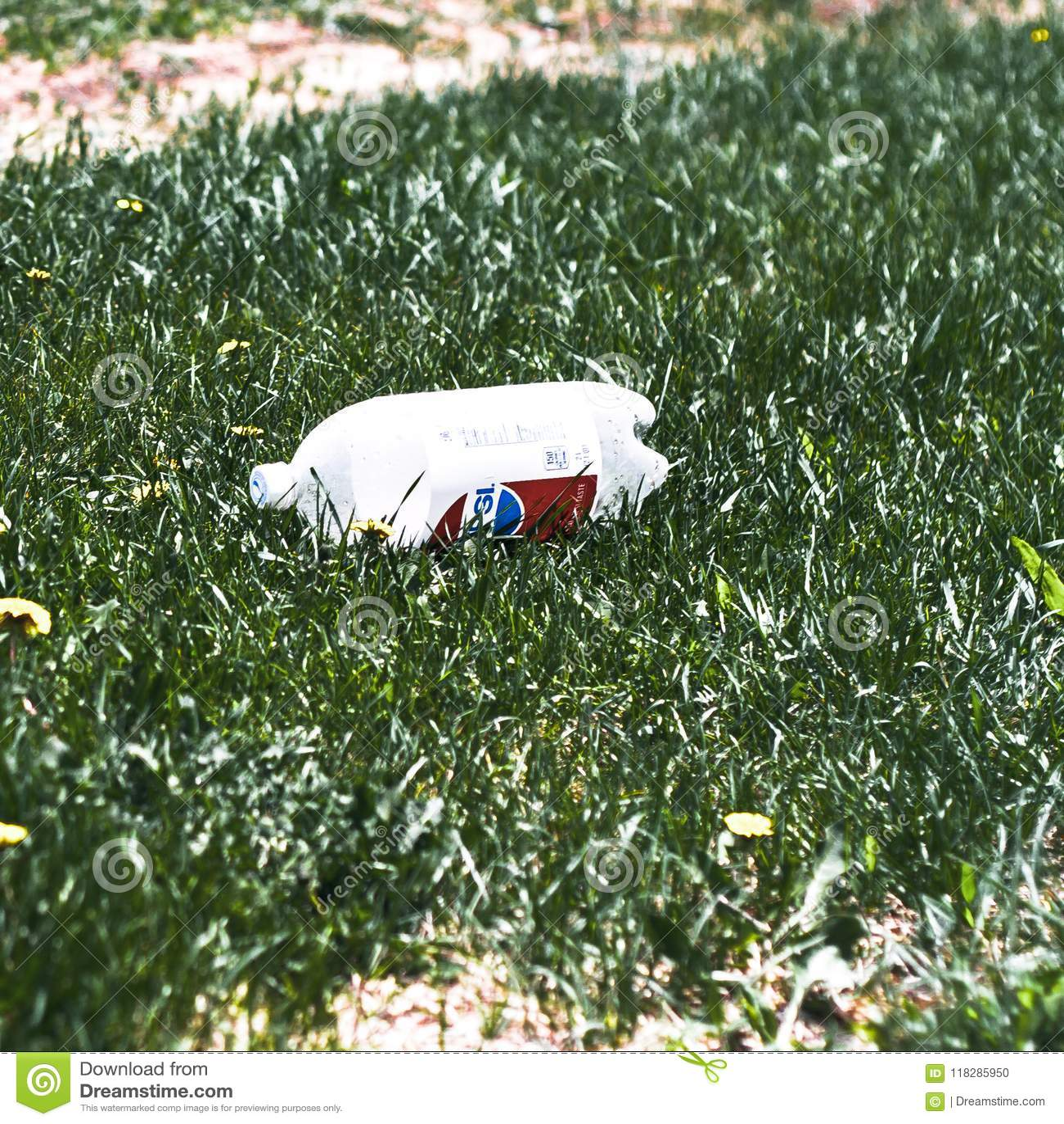 被破坏的2公升百事可乐苏打被乱丢的接近的看法
