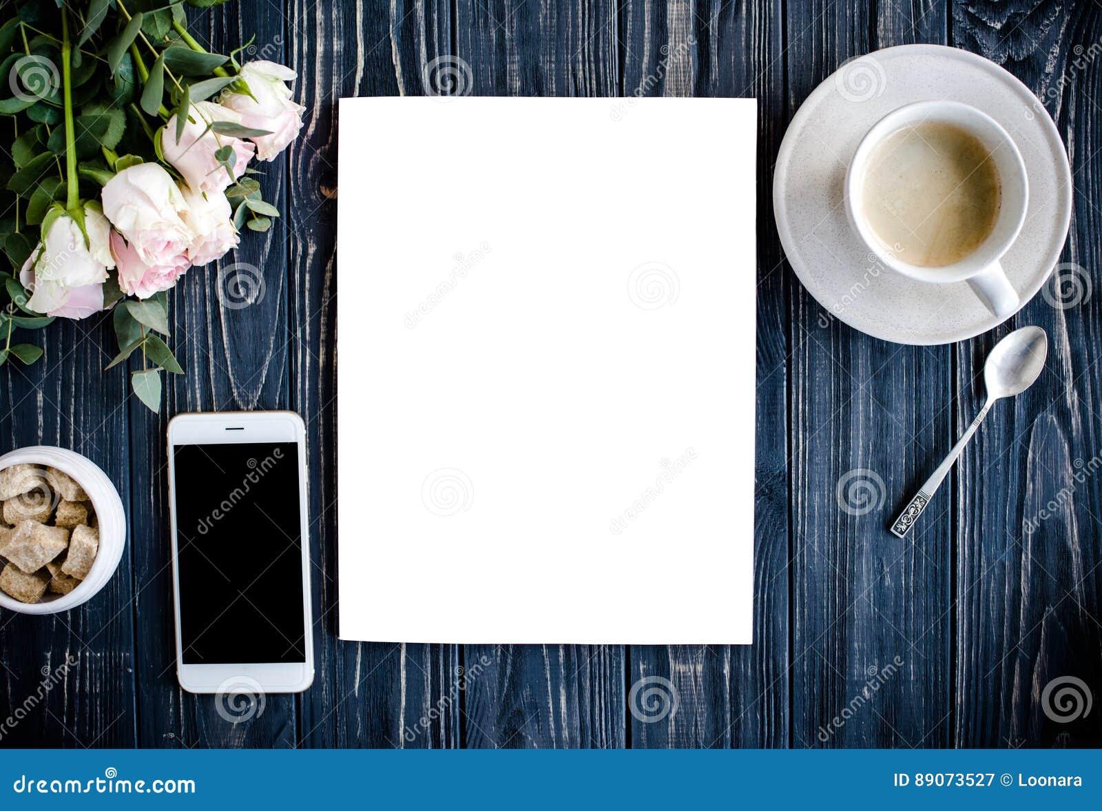 被称呼的背景用咖啡、smartphote、玫瑰和杂志co