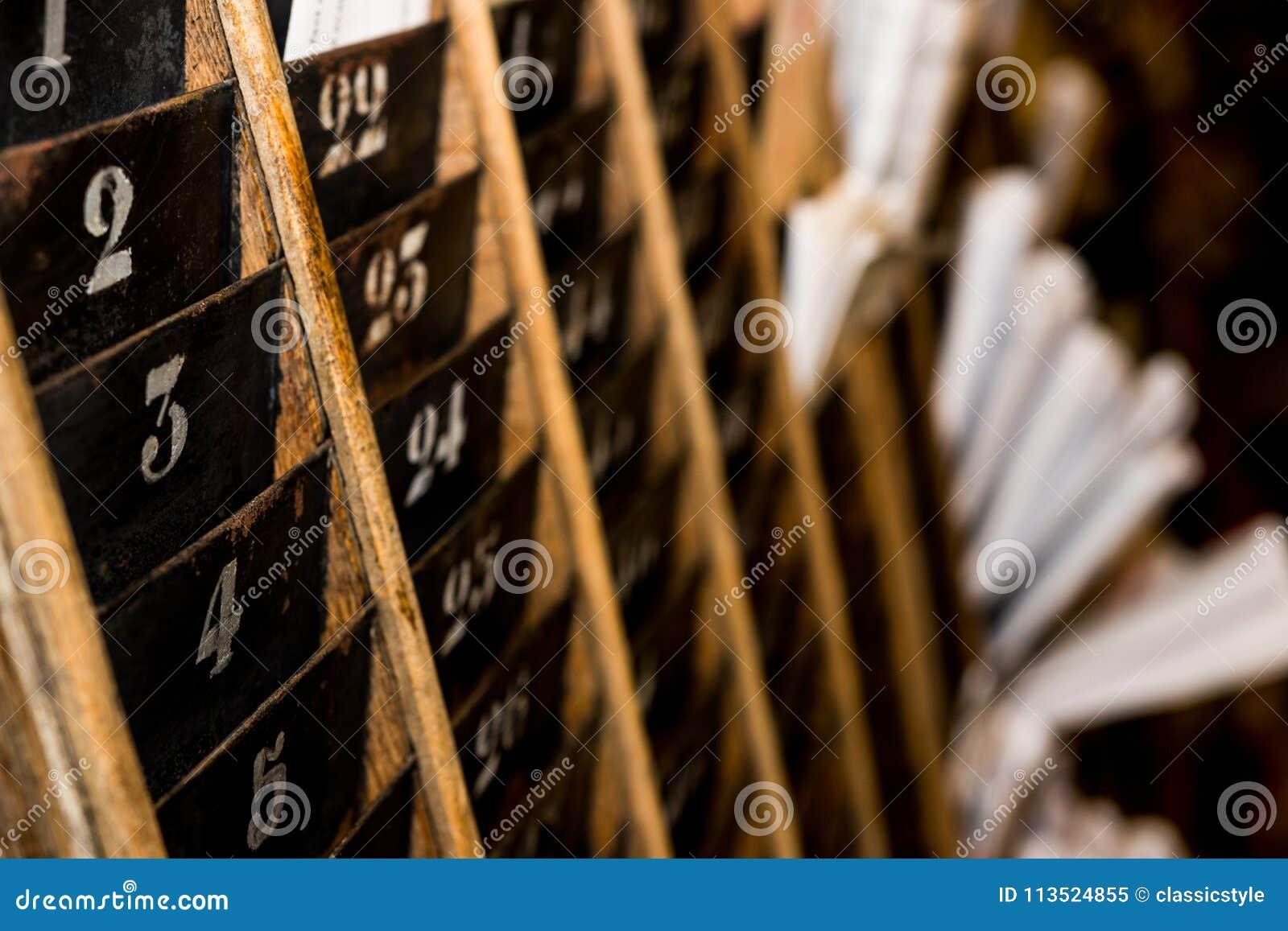 被编号的老和退色的时钟打孔卡墙壁机架