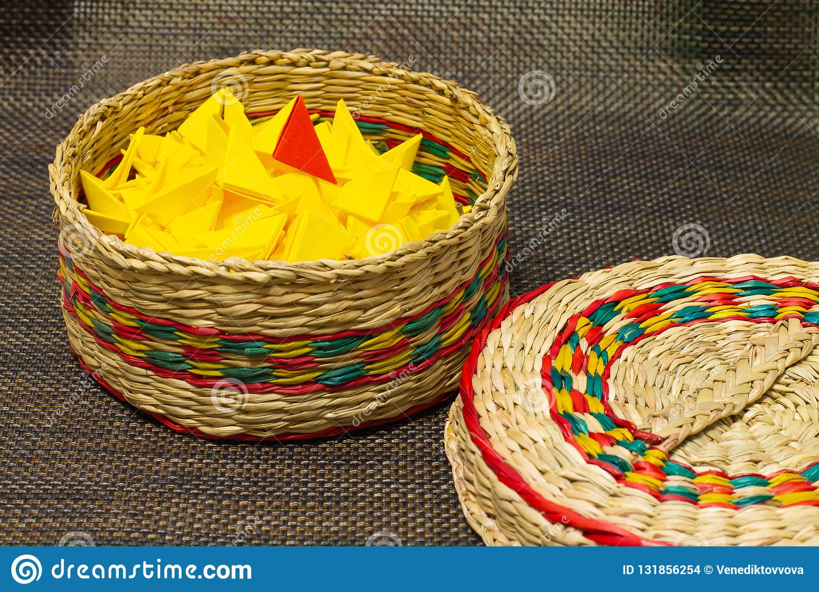 被编织的秸杆篮子与黄色纸的