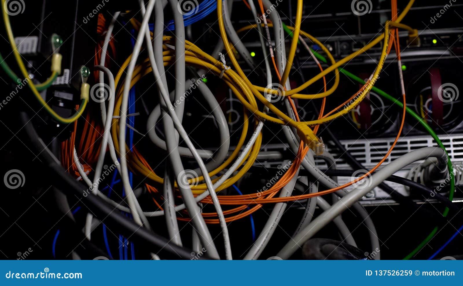 被缠结的导线,在datacenter,缚住的混乱的电缆在服务器屋子,特写镜头里