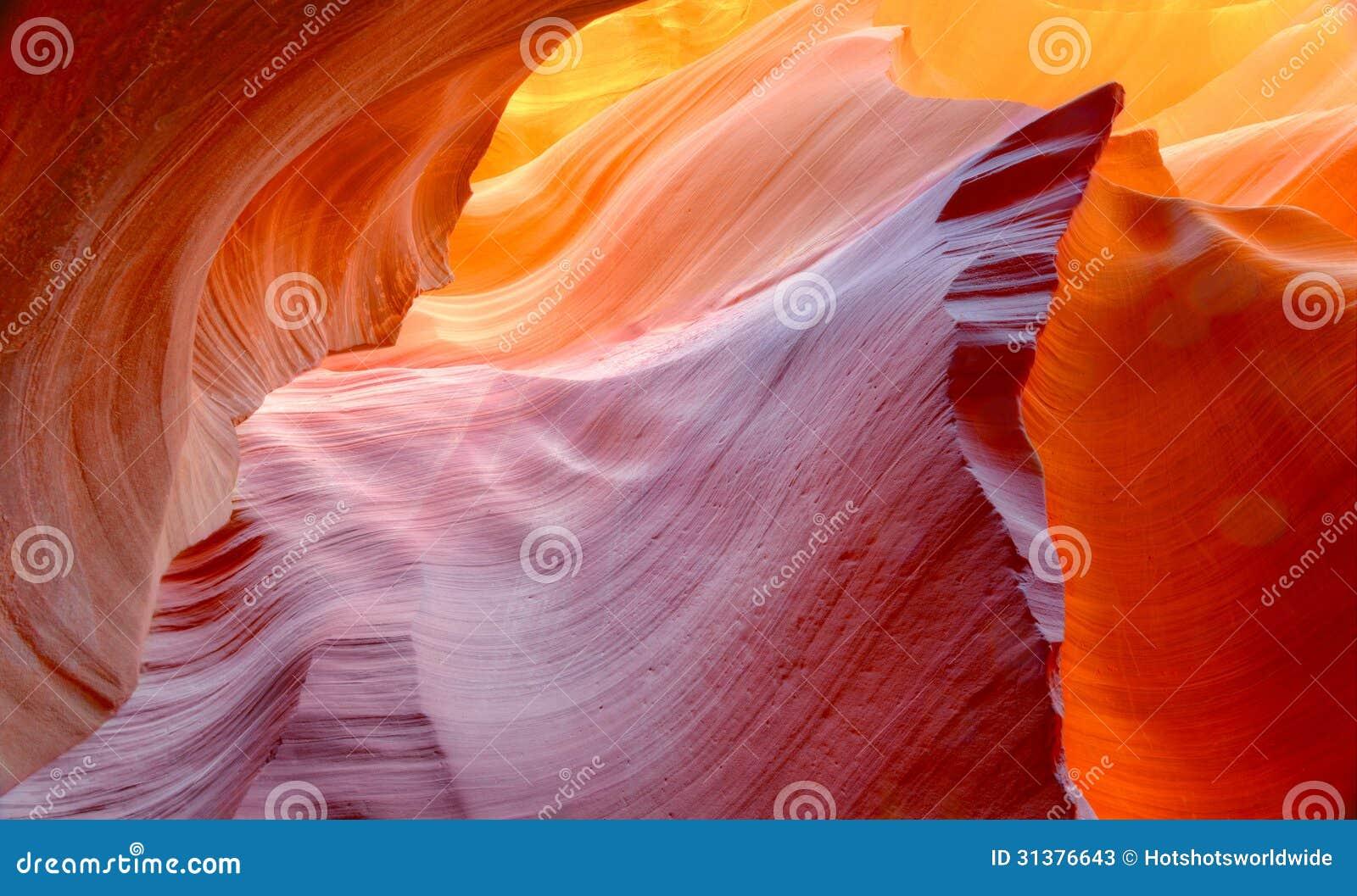被腐蚀的砂岩岩石的充满活力的颜色在槽孔峡谷,羚羊的