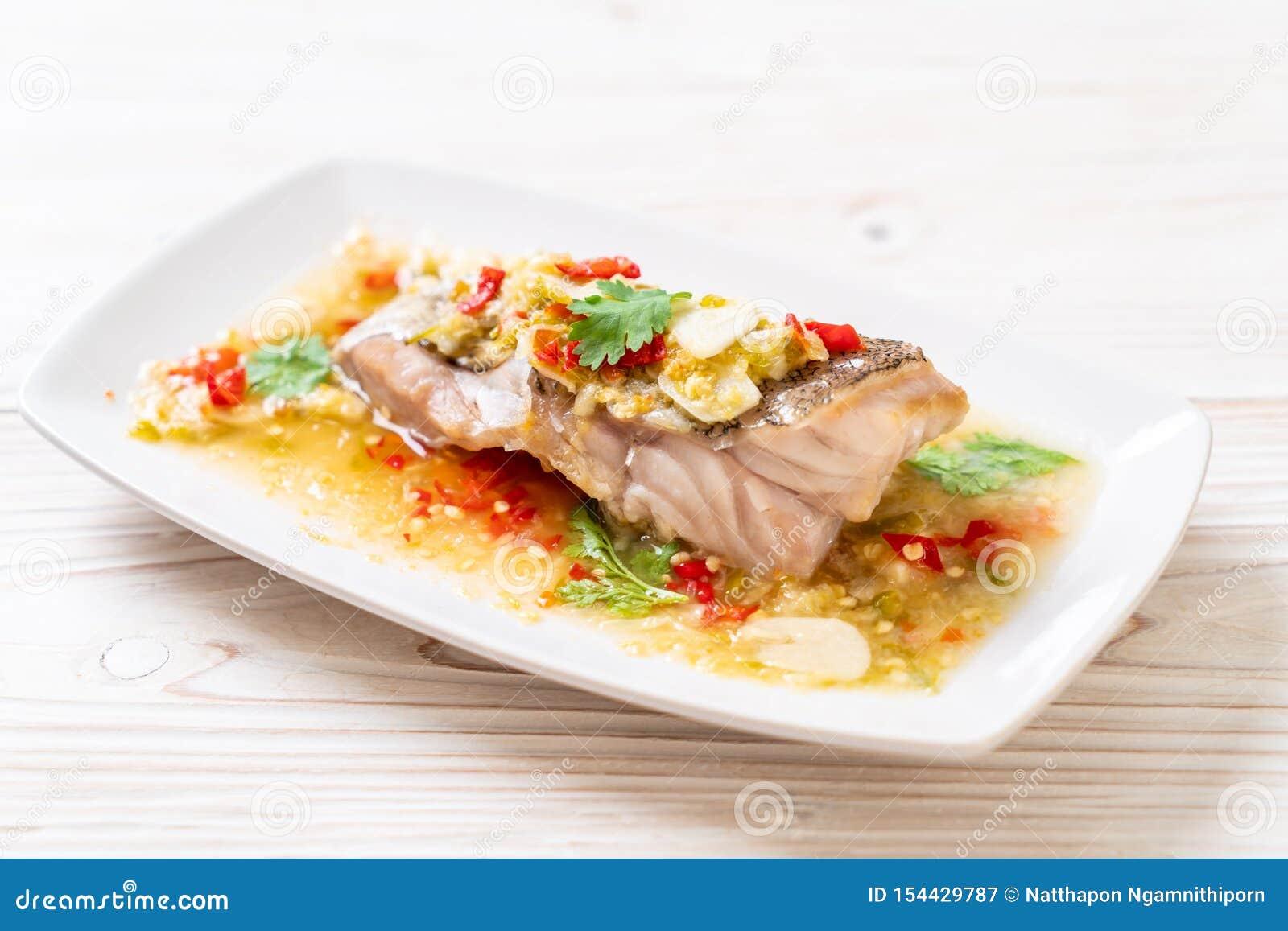 被蒸的石斑鱼鱼片用辣椒在石灰选矿的石灰调味汁