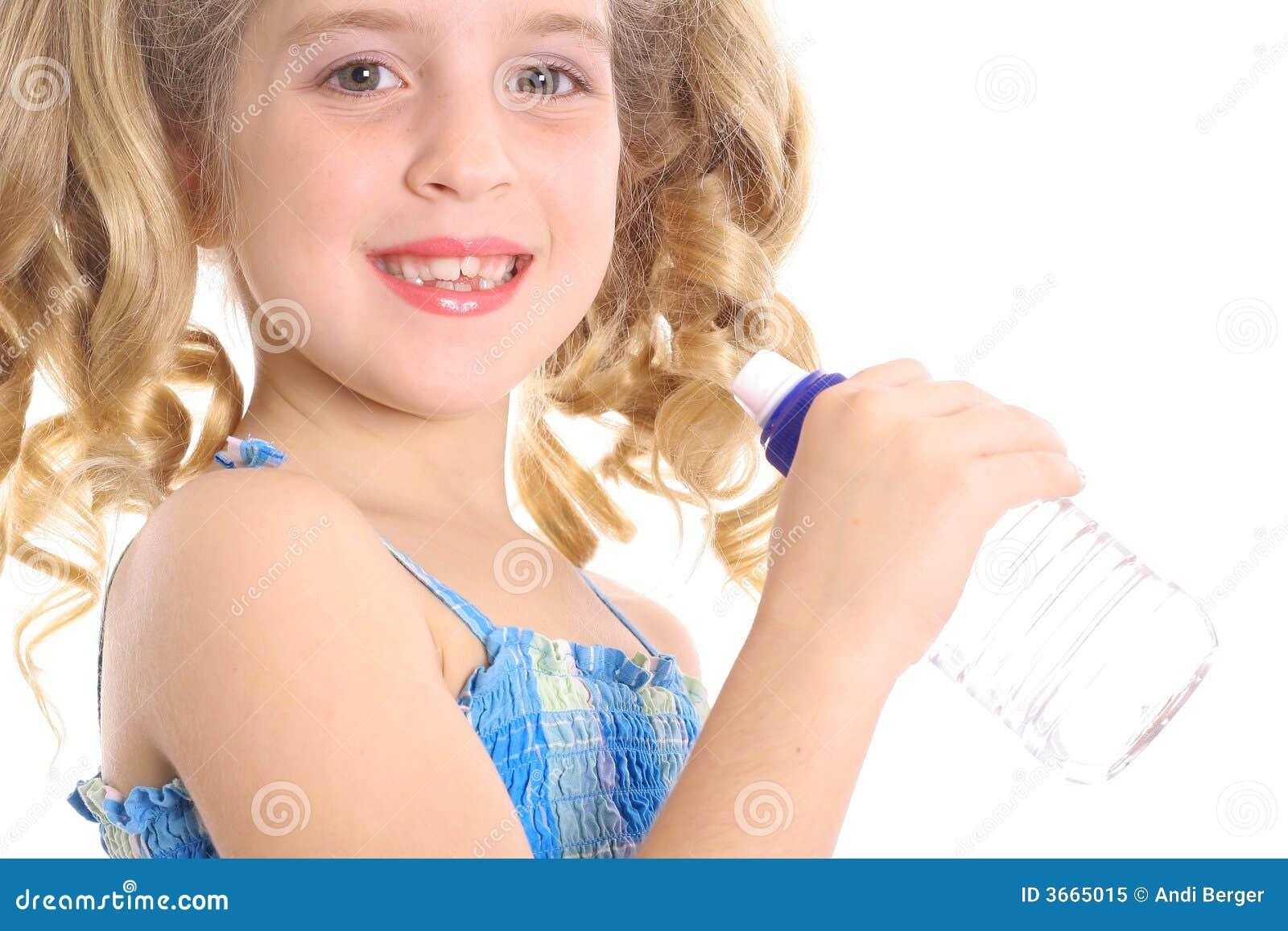 被装瓶的饮用的女孩少许水