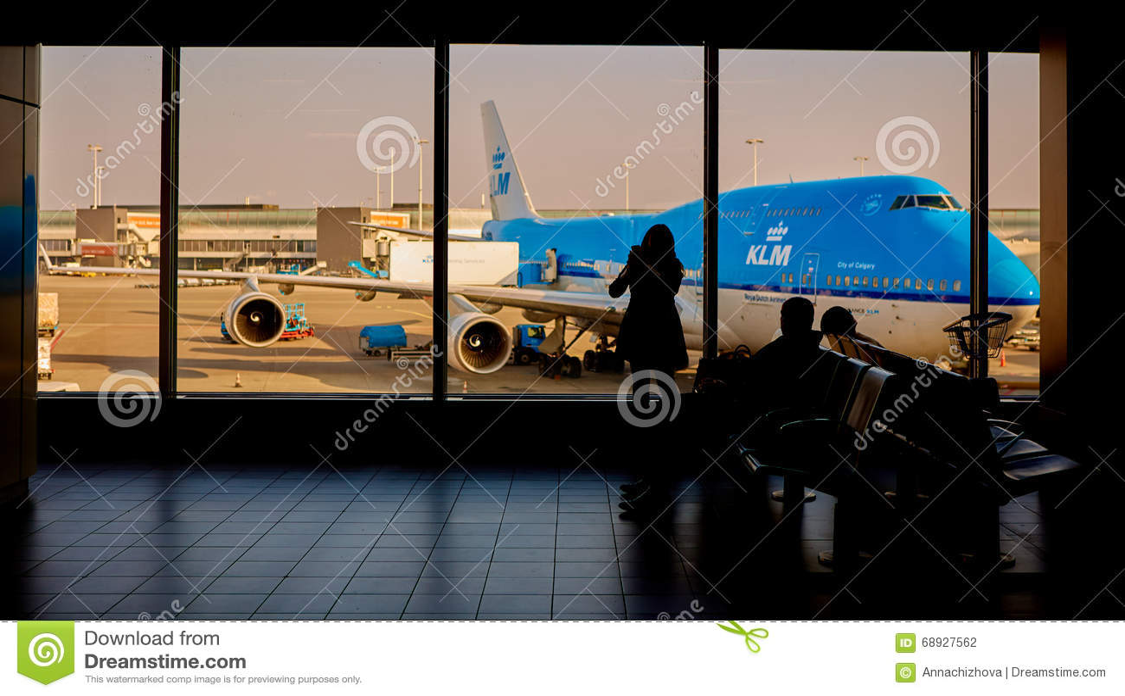 被装载在斯希普霍尔机场的KLM飞机 阿姆斯特丹荷兰