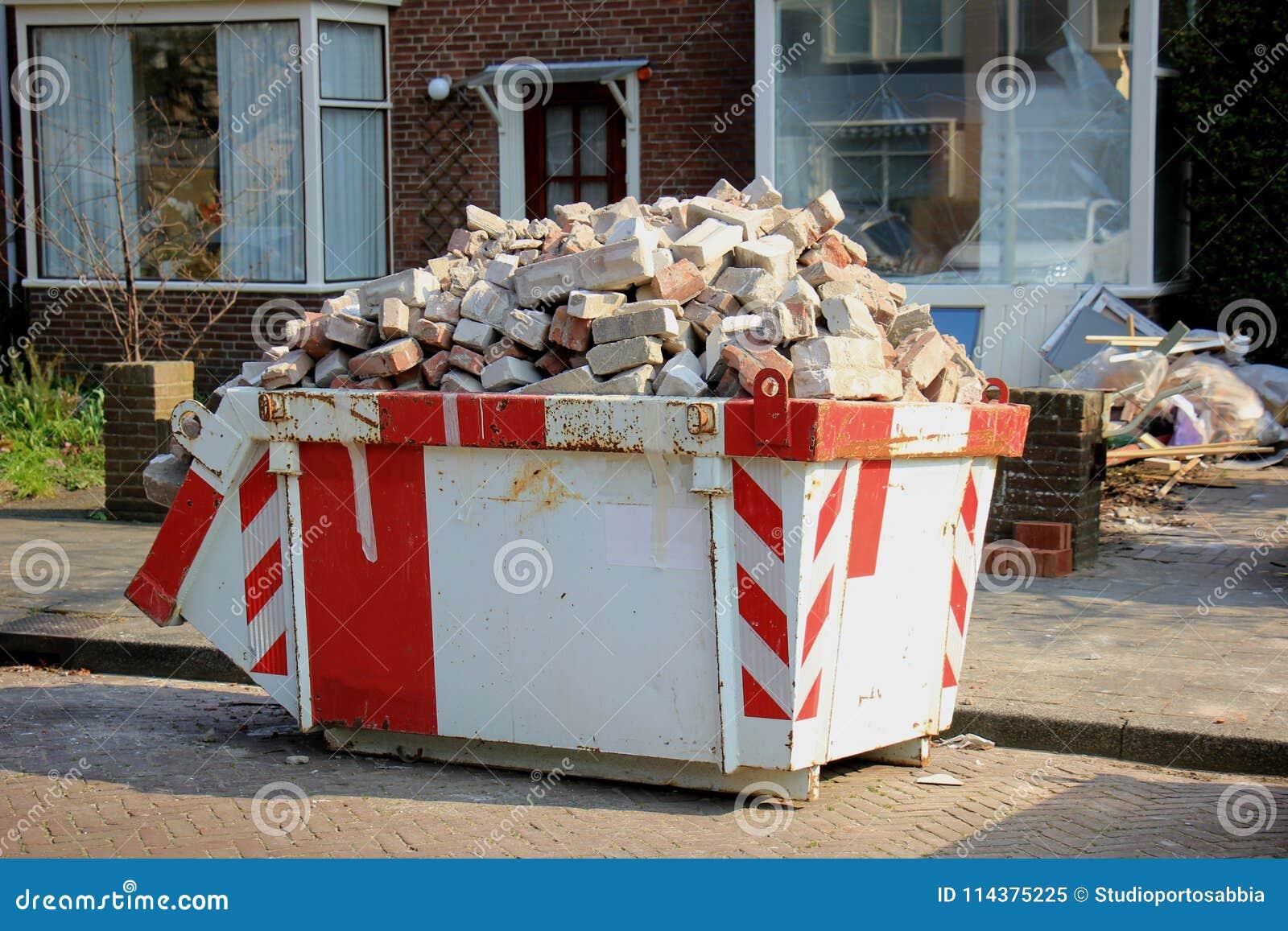 被装载的垃圾大型垃圾桶
