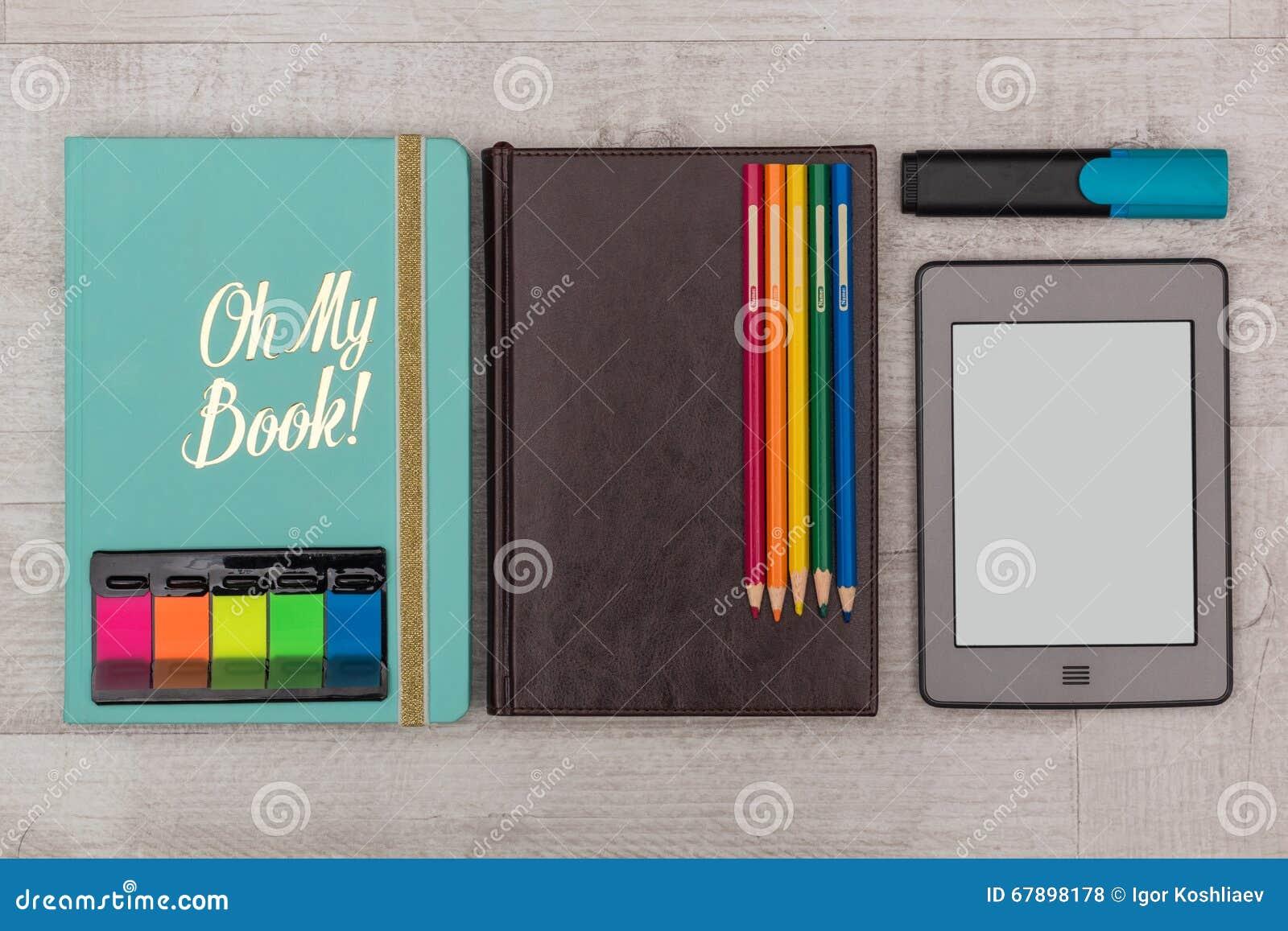 被设置的事务:日志、一本e书与蜡笔和标志
