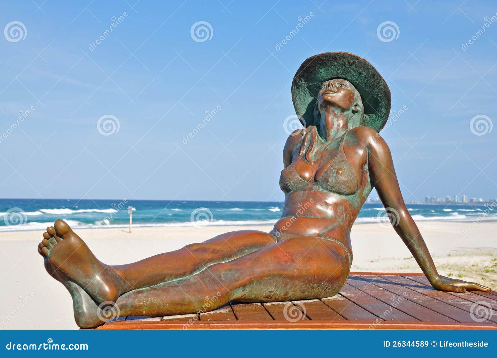 被镀青铜的秀丽Sunbaking海滩