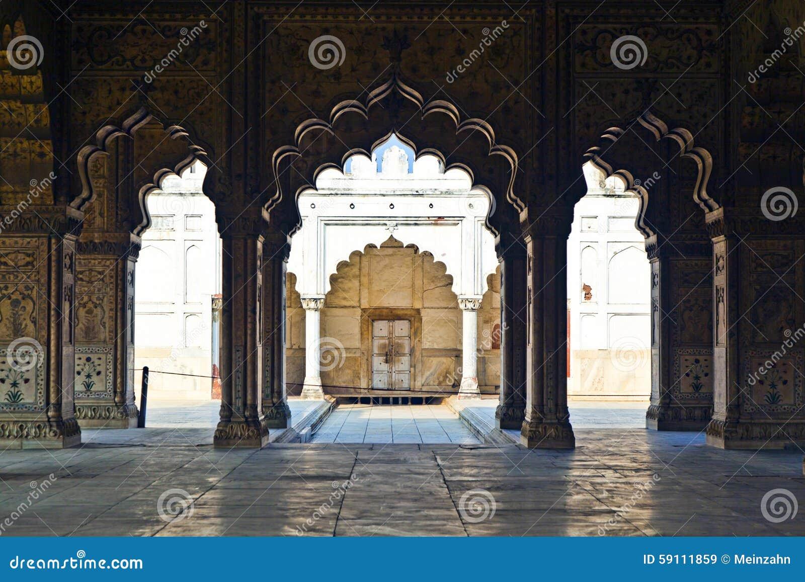 被镶嵌的大理石、专栏和私有观众的曲拱、霍尔或D