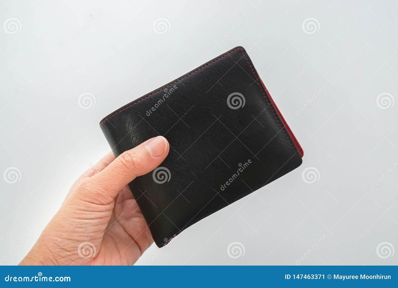 被隔绝的人民在手中拿着人皮革金钱钱包付款的