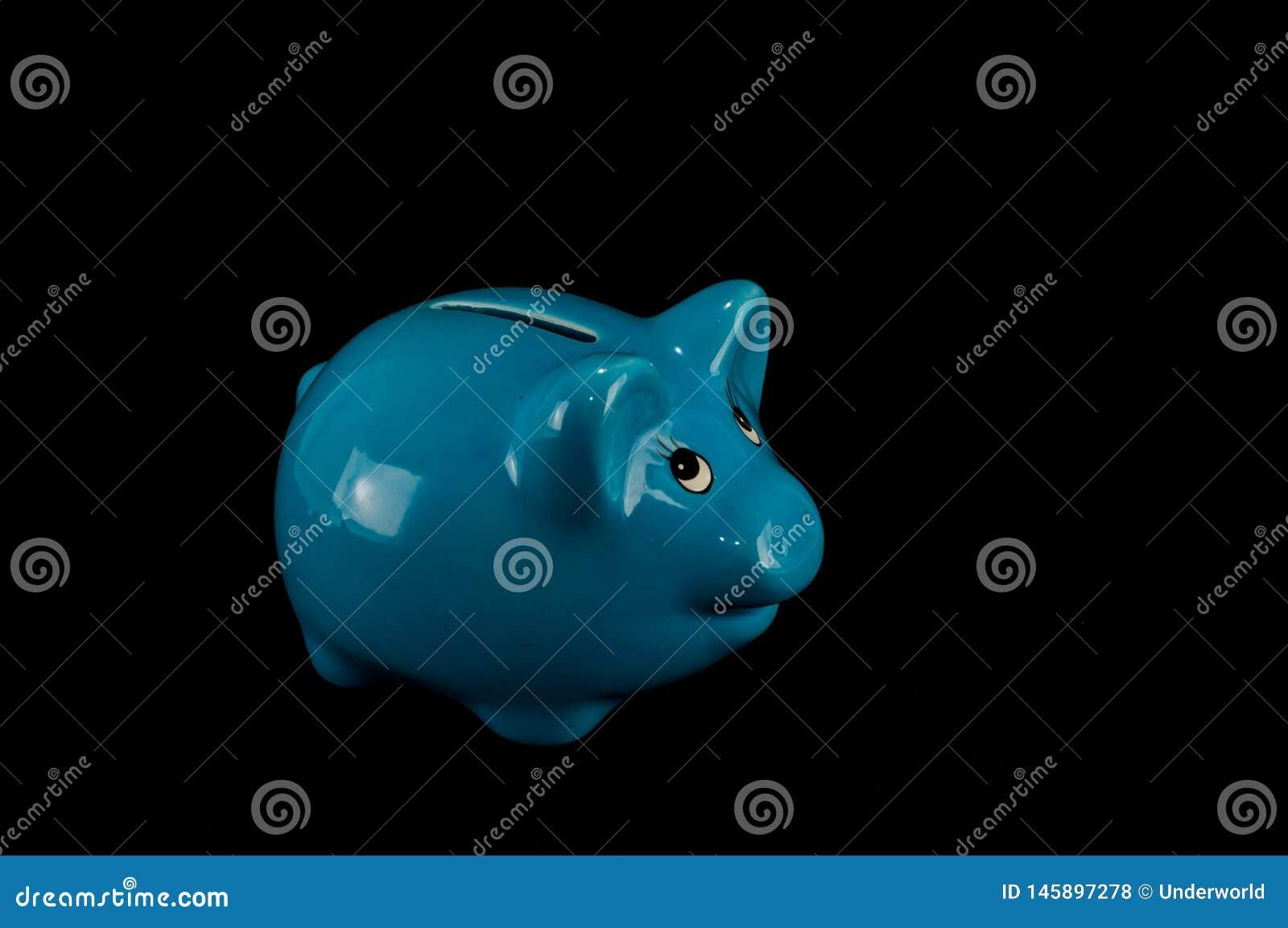 被隔绝的蓝色存钱罐或钱箱