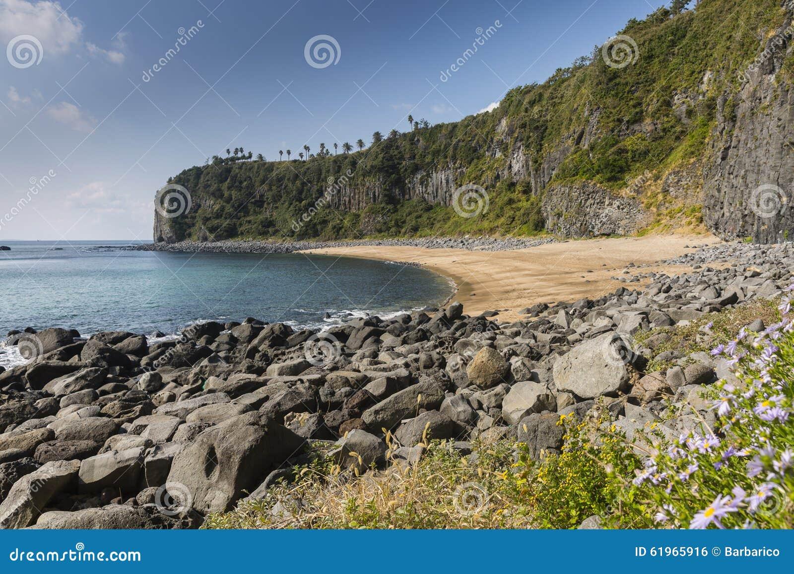 被隔离的和使荒凉的海滩