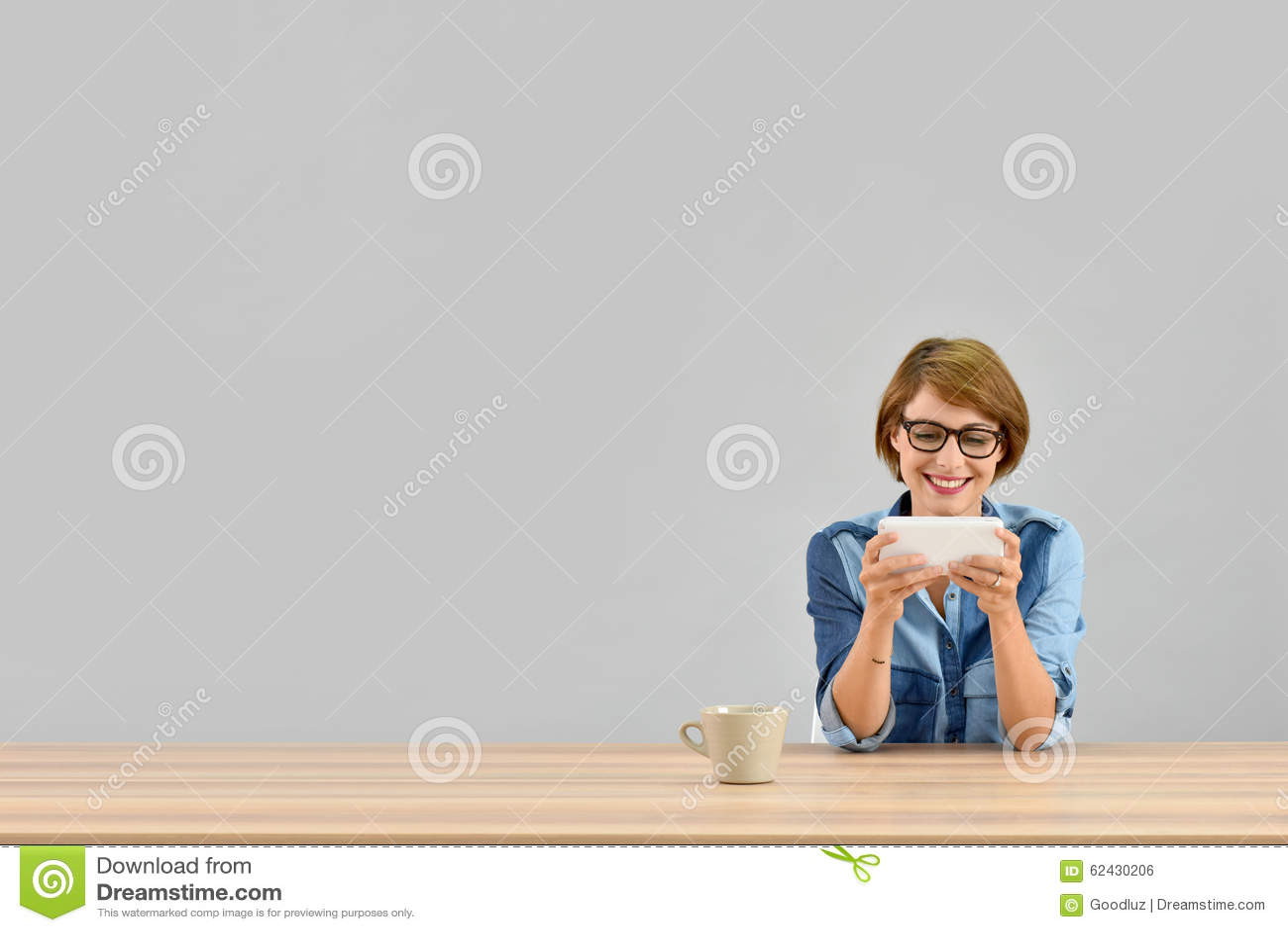 被隔绝的少妇佩带的镜片woth智能手机
