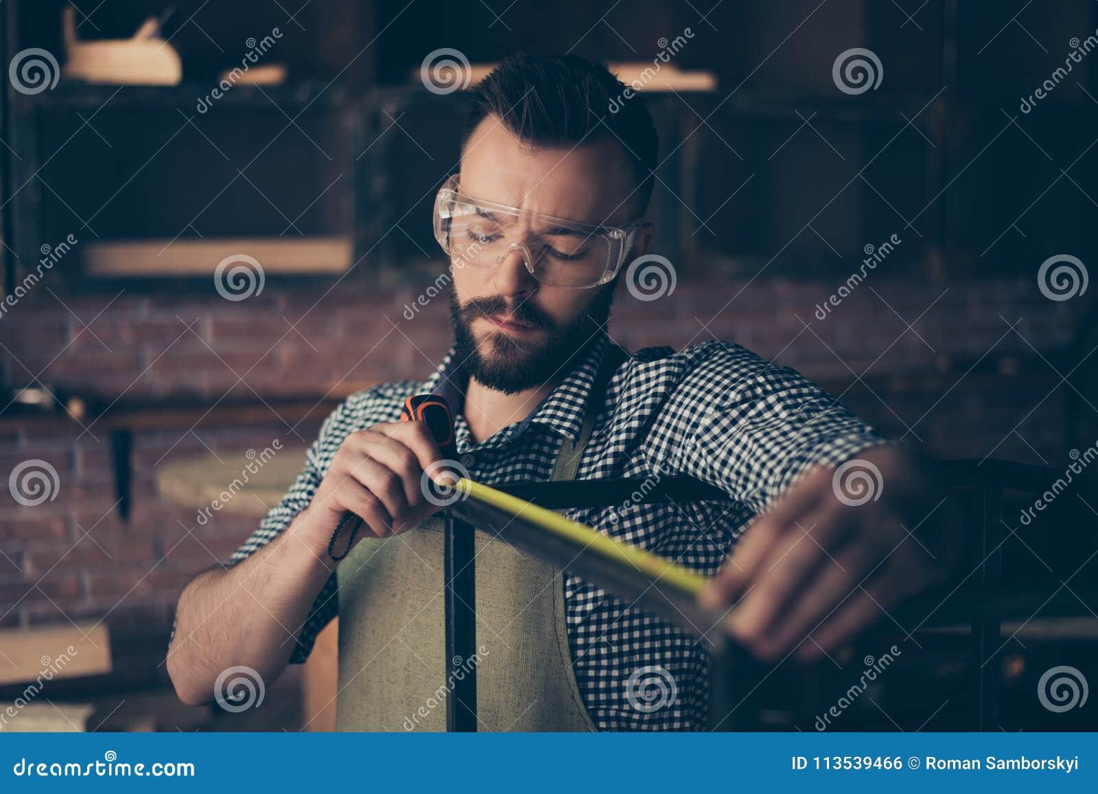 被集中的严肃的英俊的有胡子的专业佩带的检查