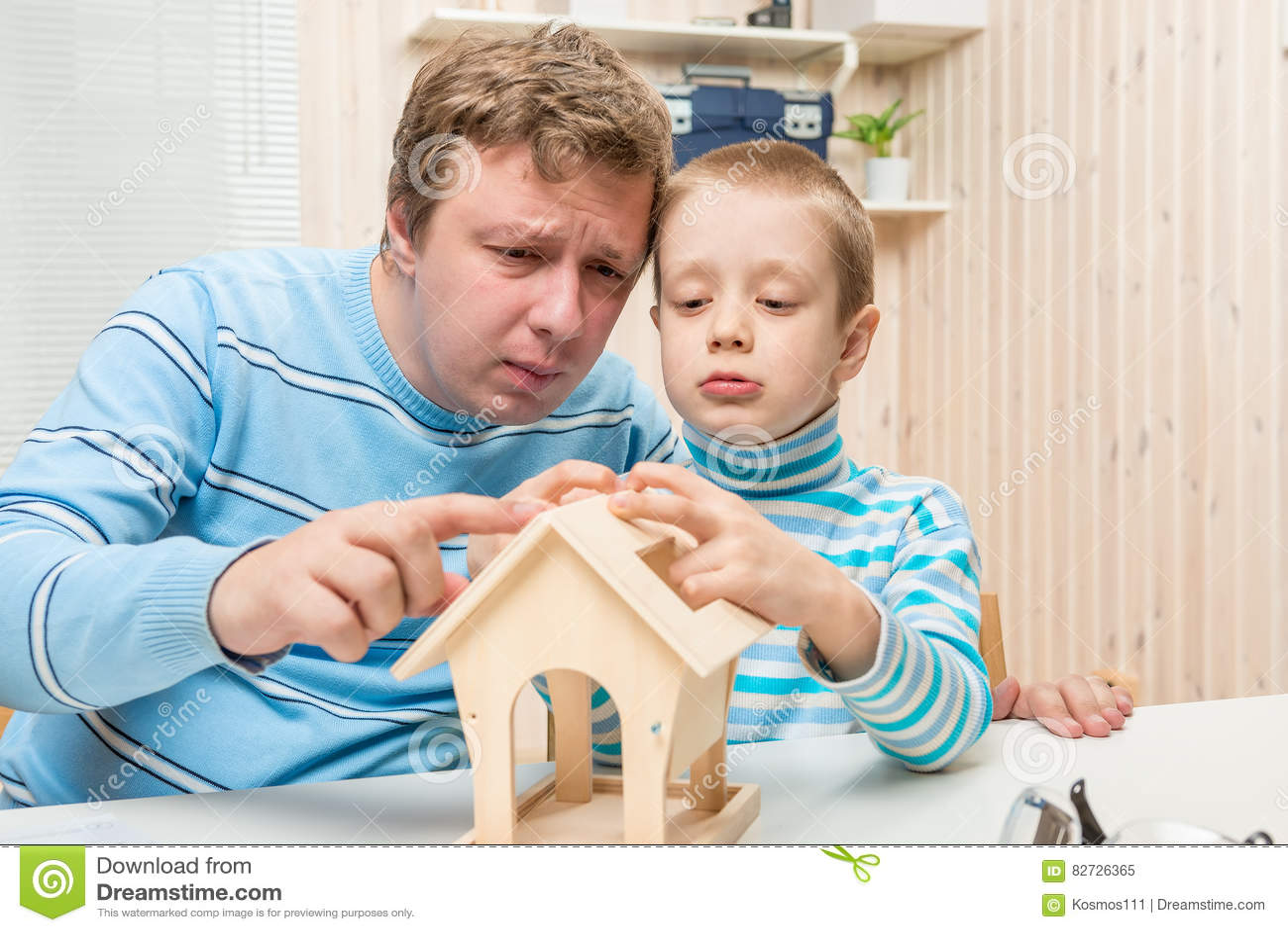 被集中的修造鸟饲养者的父亲和儿子