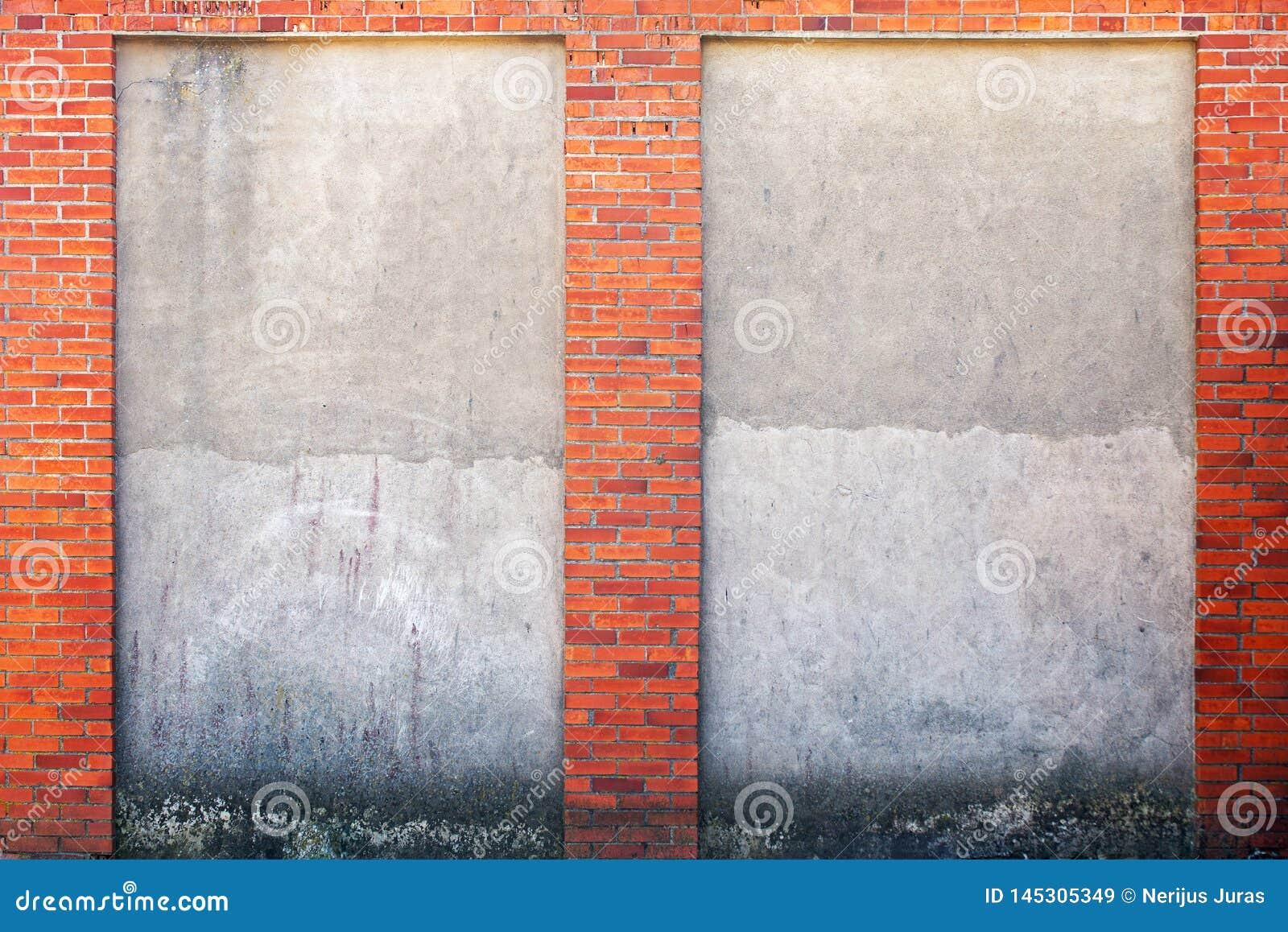 被风化的灰泥墙壁和红砖框架