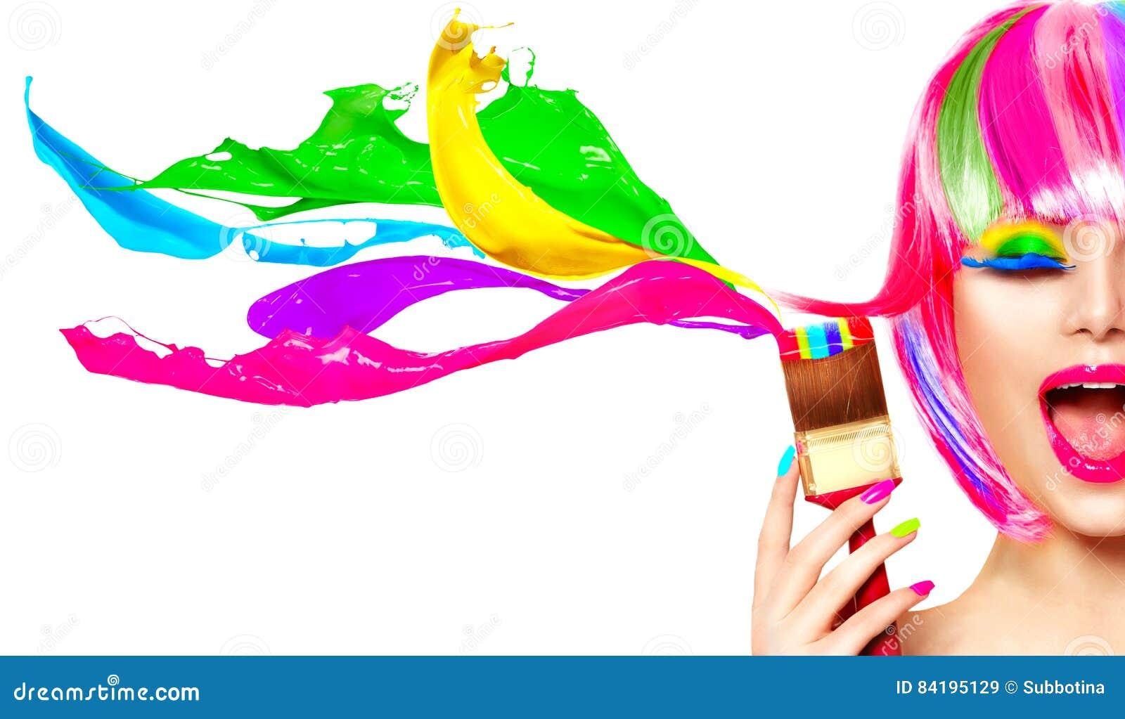 被洗染的头发幽默概念 绘她的头发的秀丽式样妇女