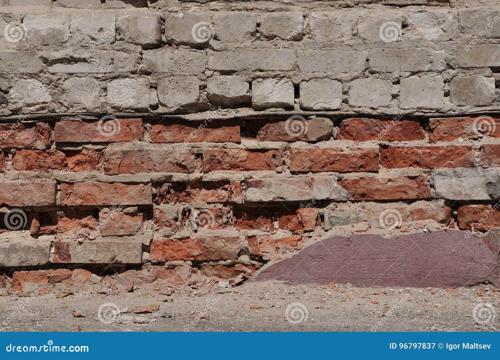 被击碎的砖门面