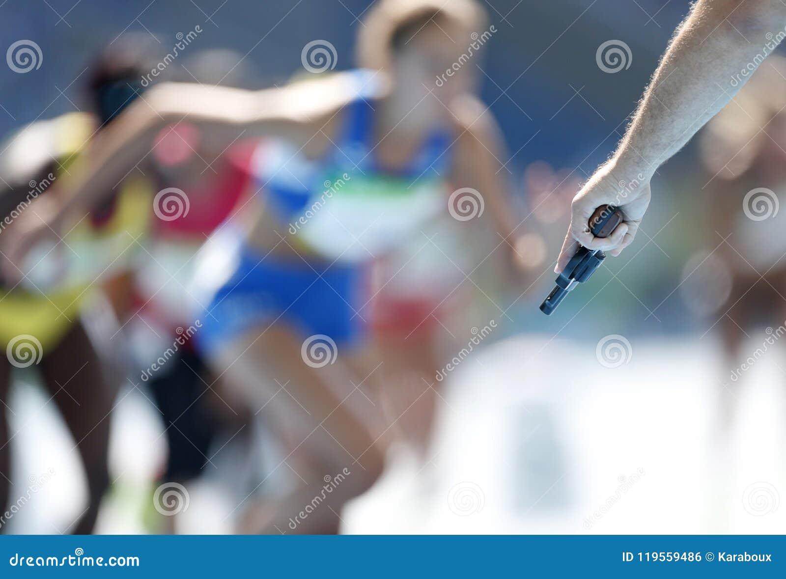 裁判员射击轨道种族的赛跑者的起始者手枪
