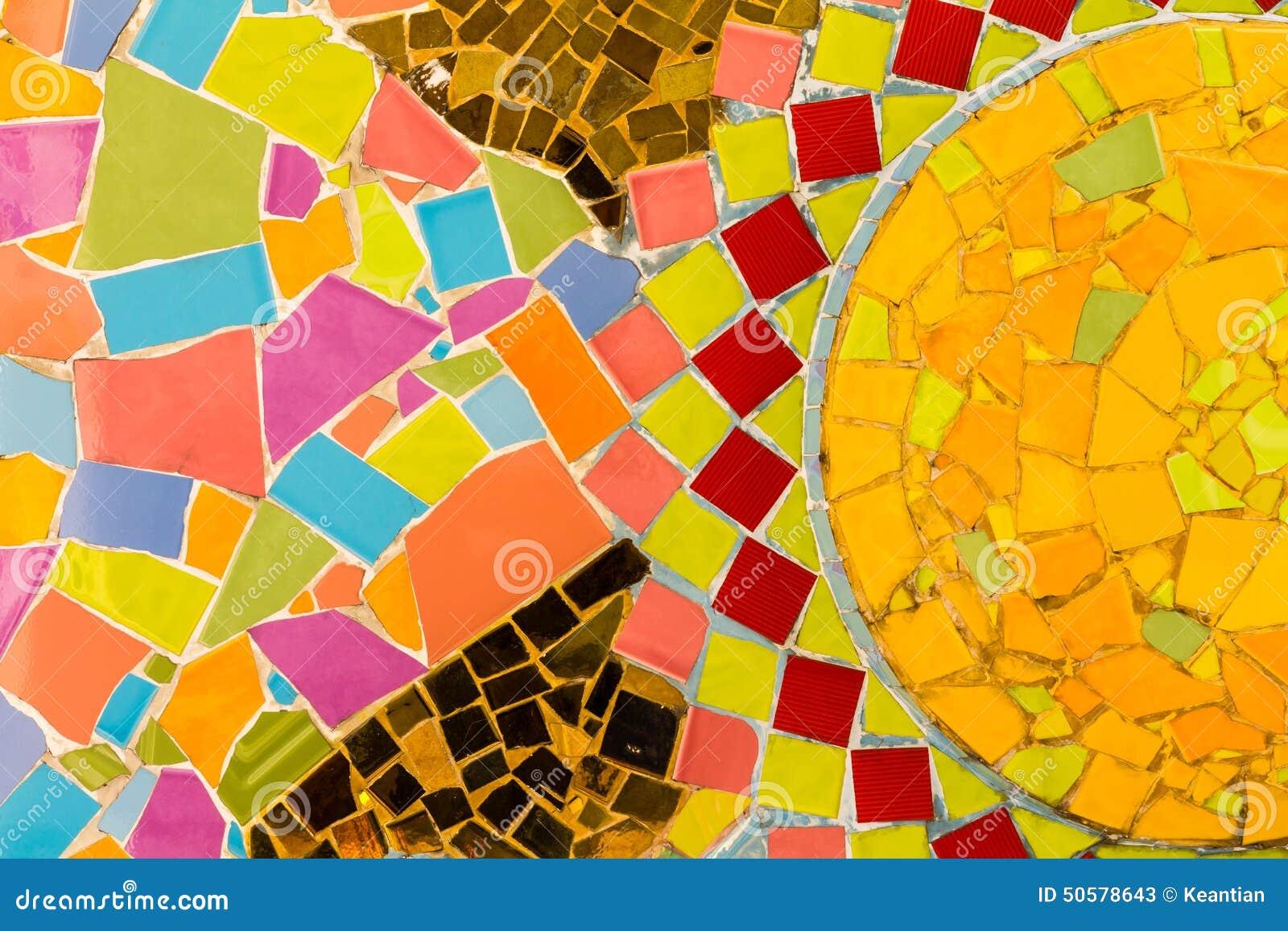 色五tian_背景墙壁铺磁砖有五颜六色的异乎寻常的样式和残骸的破裂的板材.