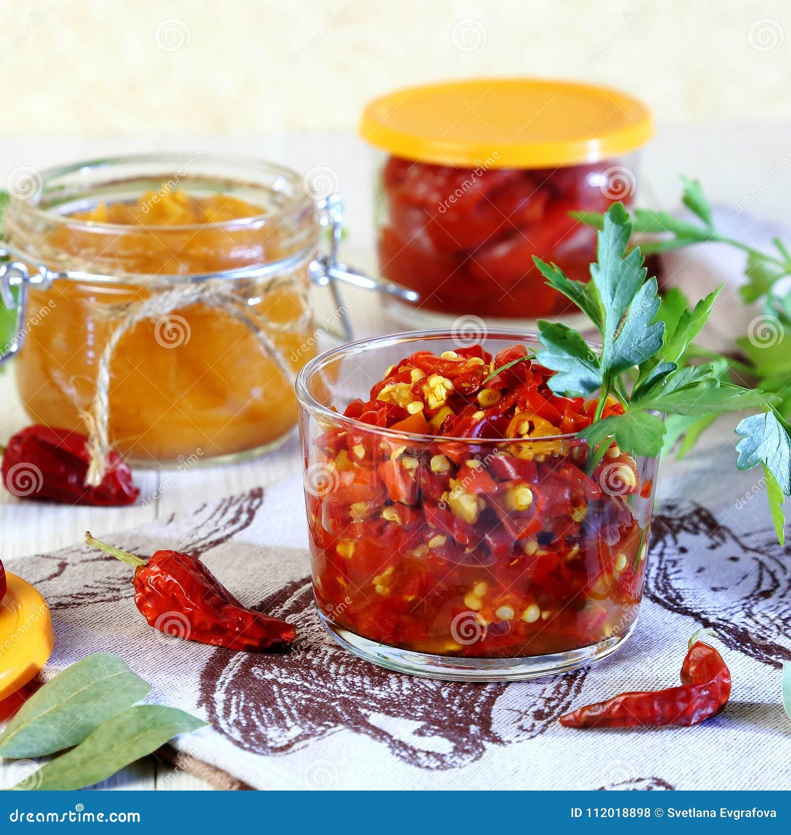 装于罐中的盐土植物家庭菜冬天 从辣椒的宿营用在瓶子的香料