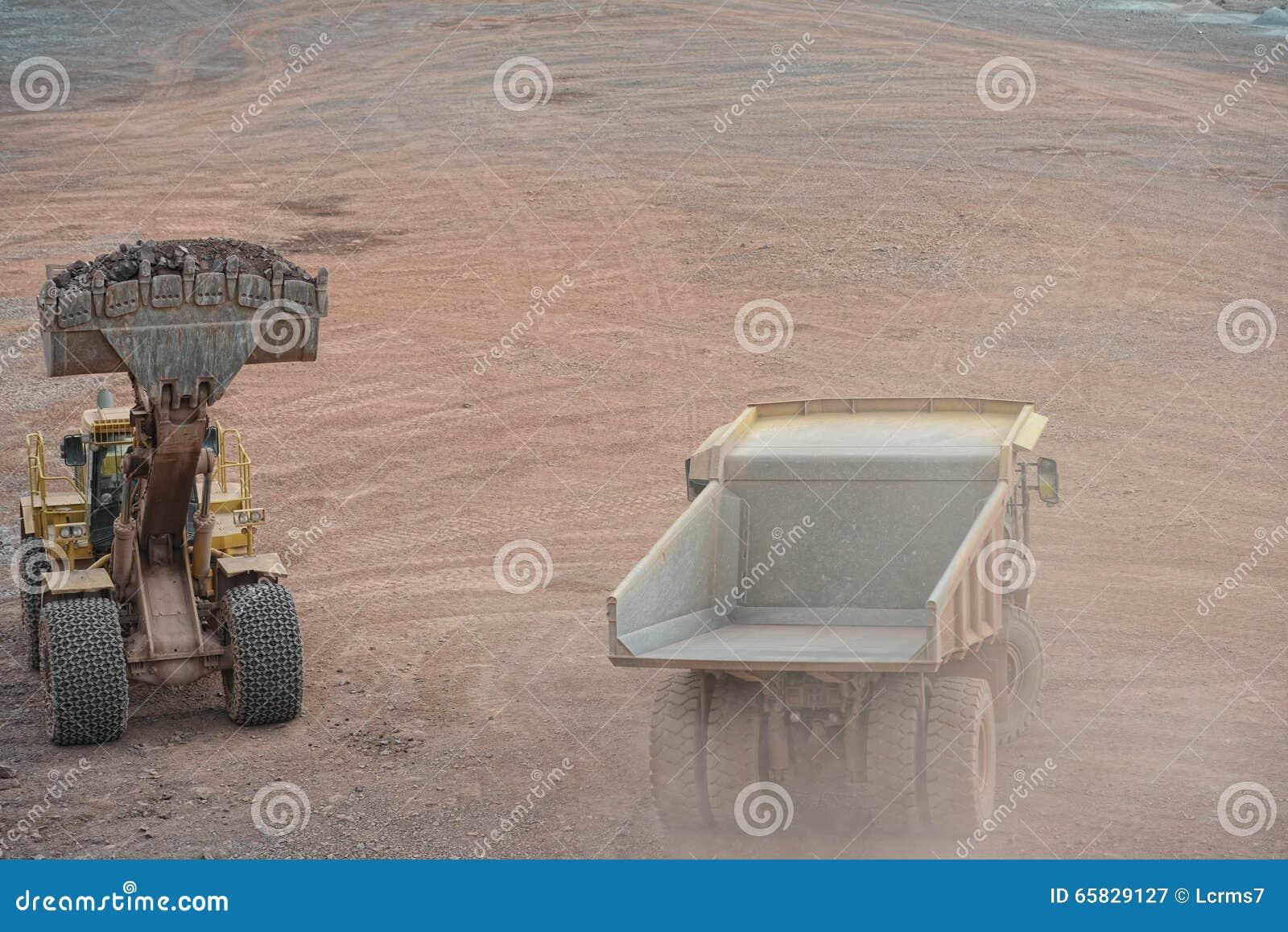 装载倾销者卡车的挖掘机用石头