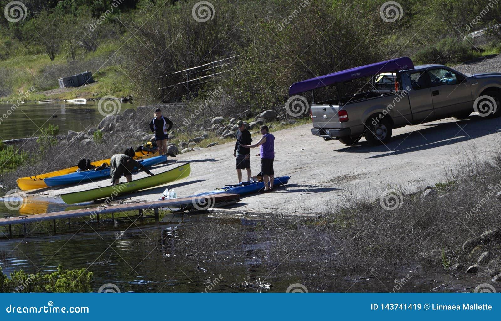 装载皮船的两个人入Cachuma湖,圣巴巴拉县
