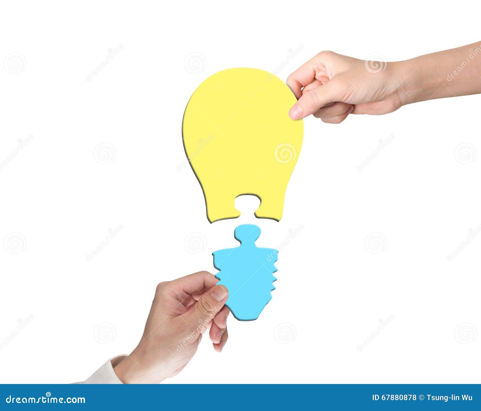 装配一个电灯泡形状难题的妇女和人两手