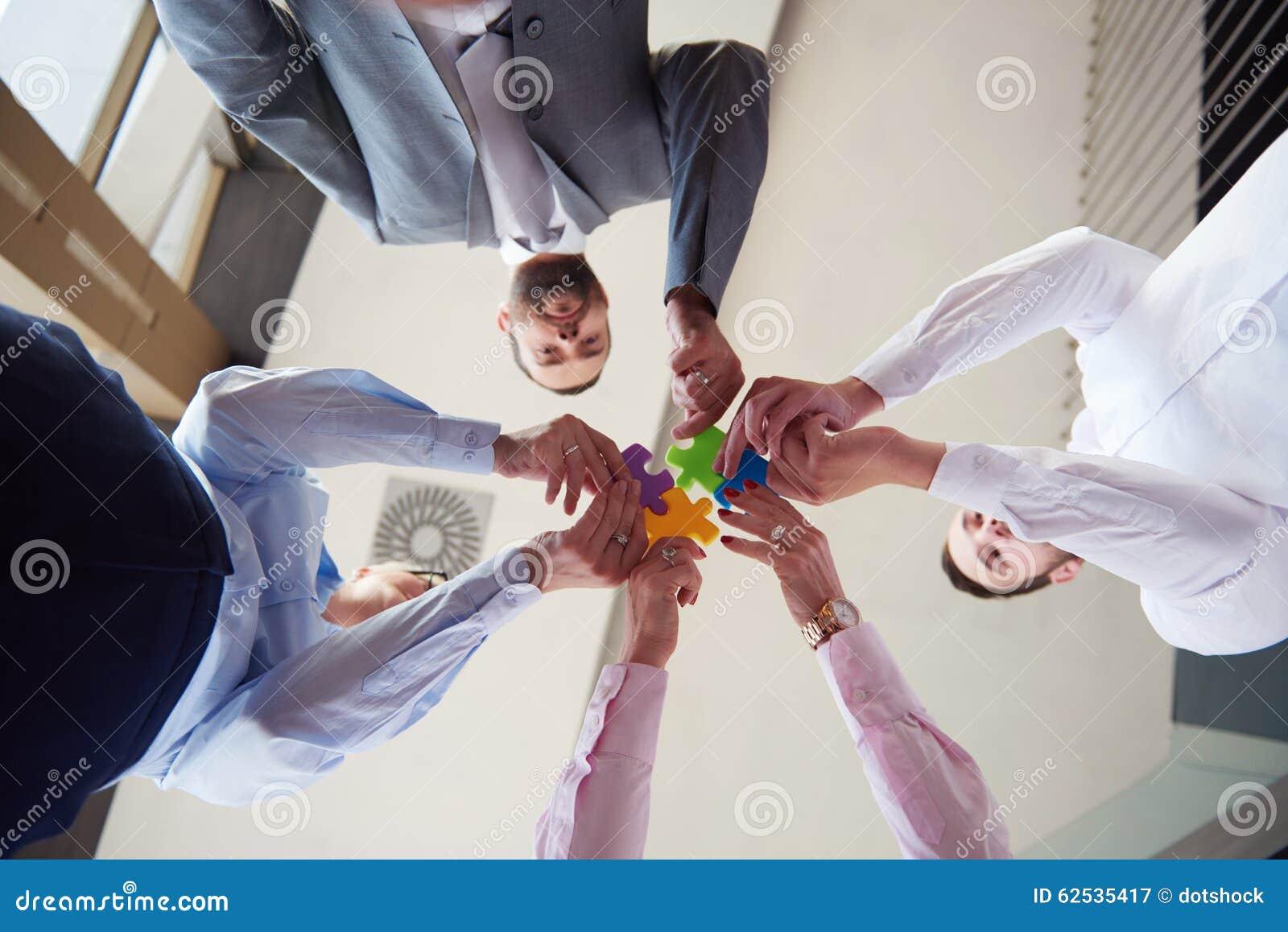 装配七巧板的商人小组