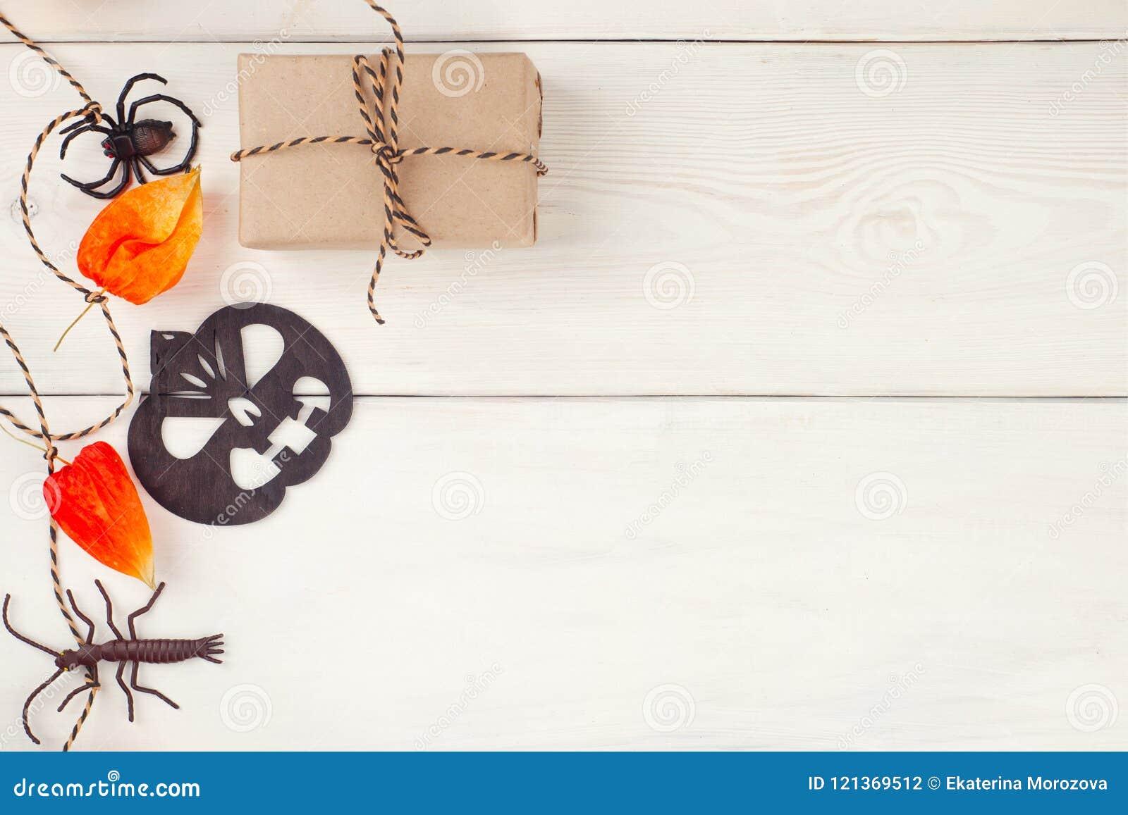 装饰万圣夜诗歌选和工艺goft箱子 万圣夜装饰 平的位置,顶视图时髦假日概念,提出