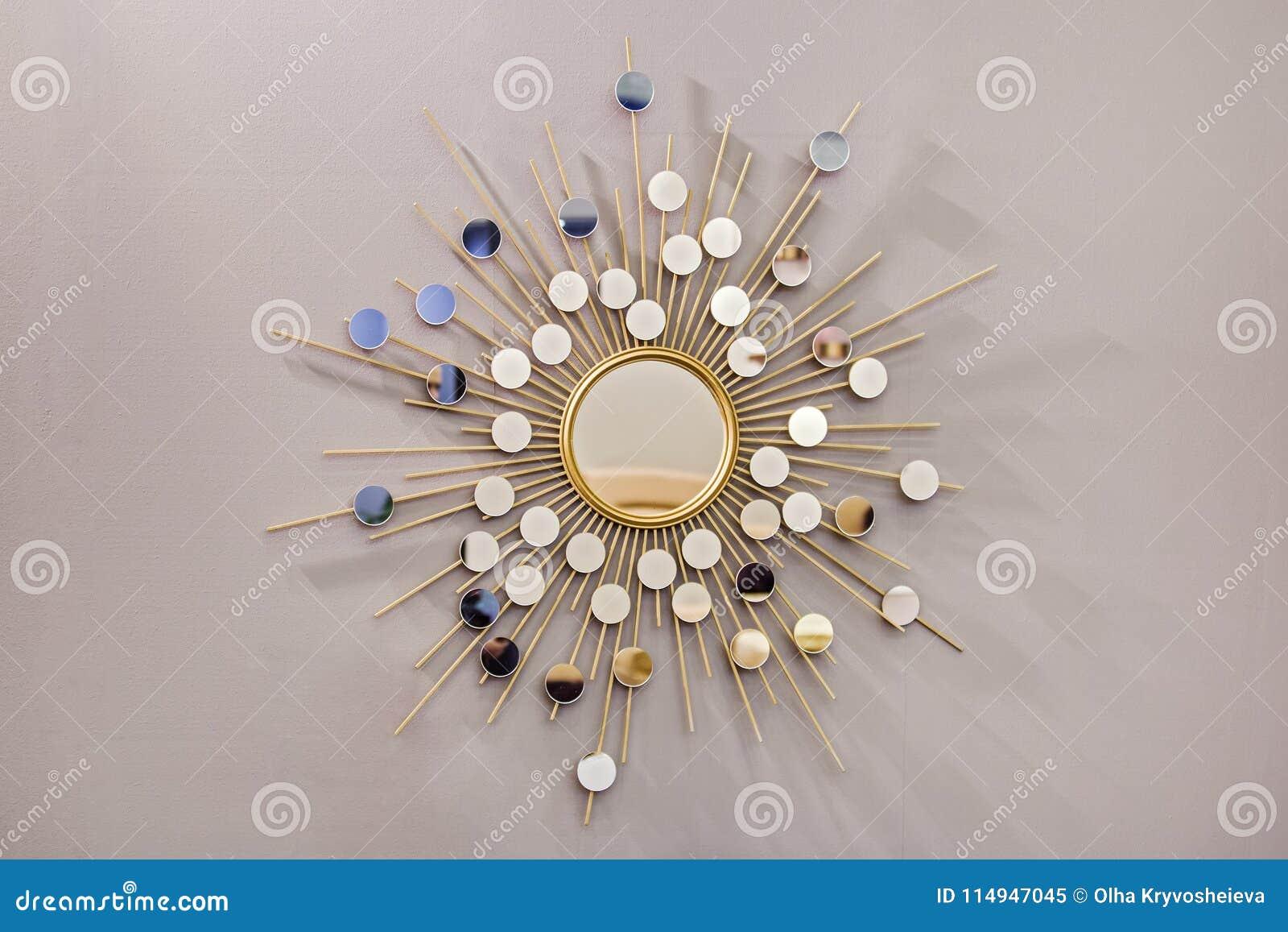 装饰以太阳的形式墙壁圆的镜子,一个金黄木桶匠镜子,在斯堪的纳维亚样式的现代形状