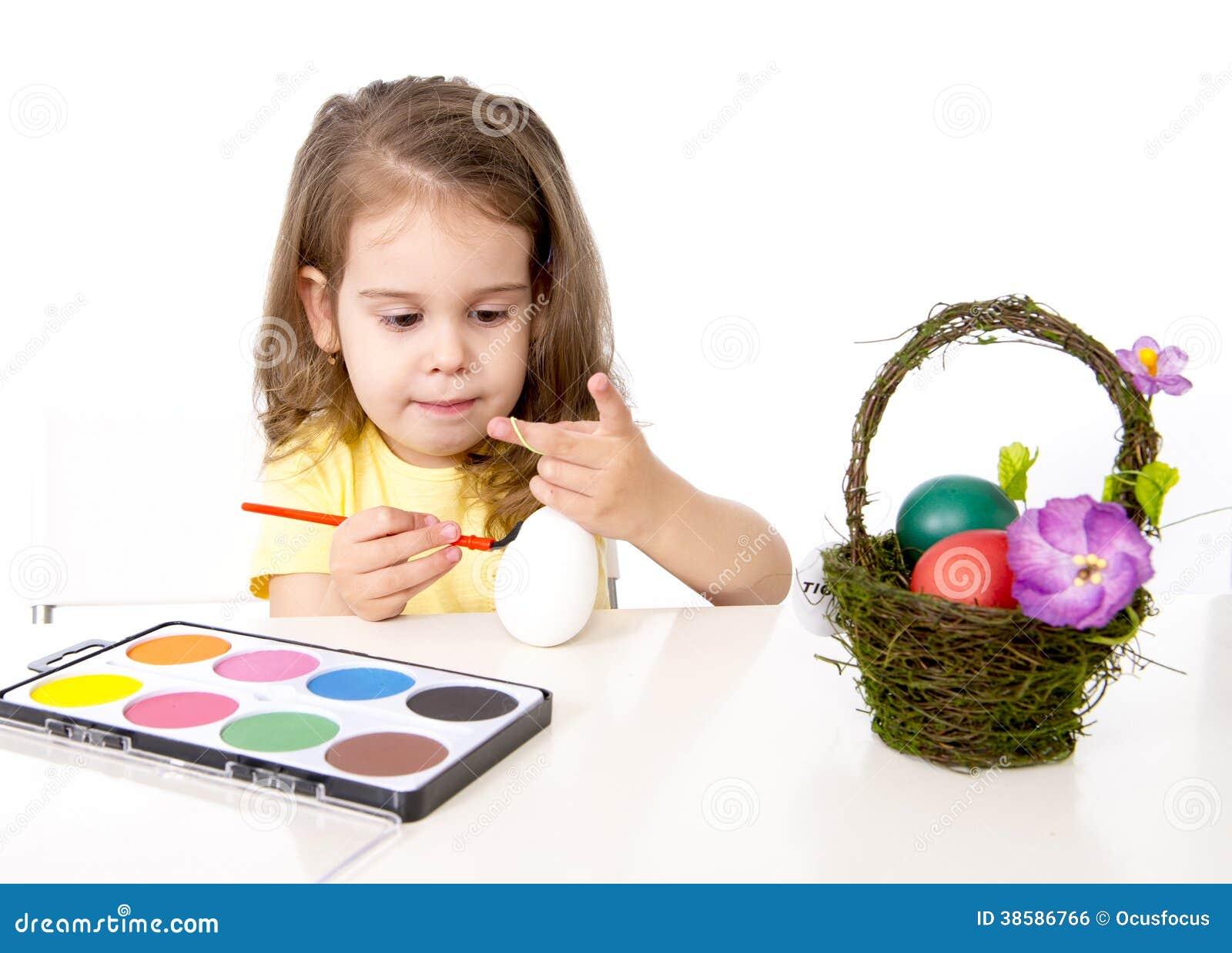 装饰传统复活节彩蛋的小女孩