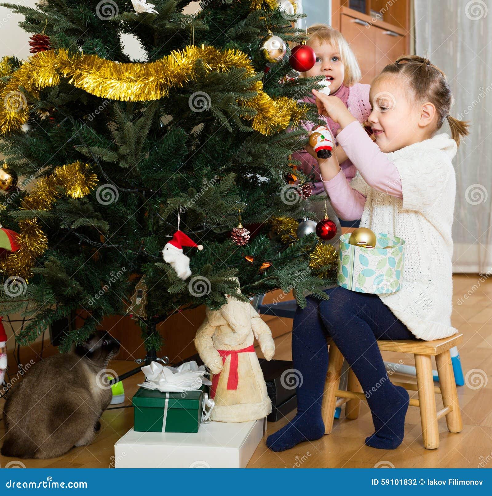 装饰圣诞树的两个小女孩
