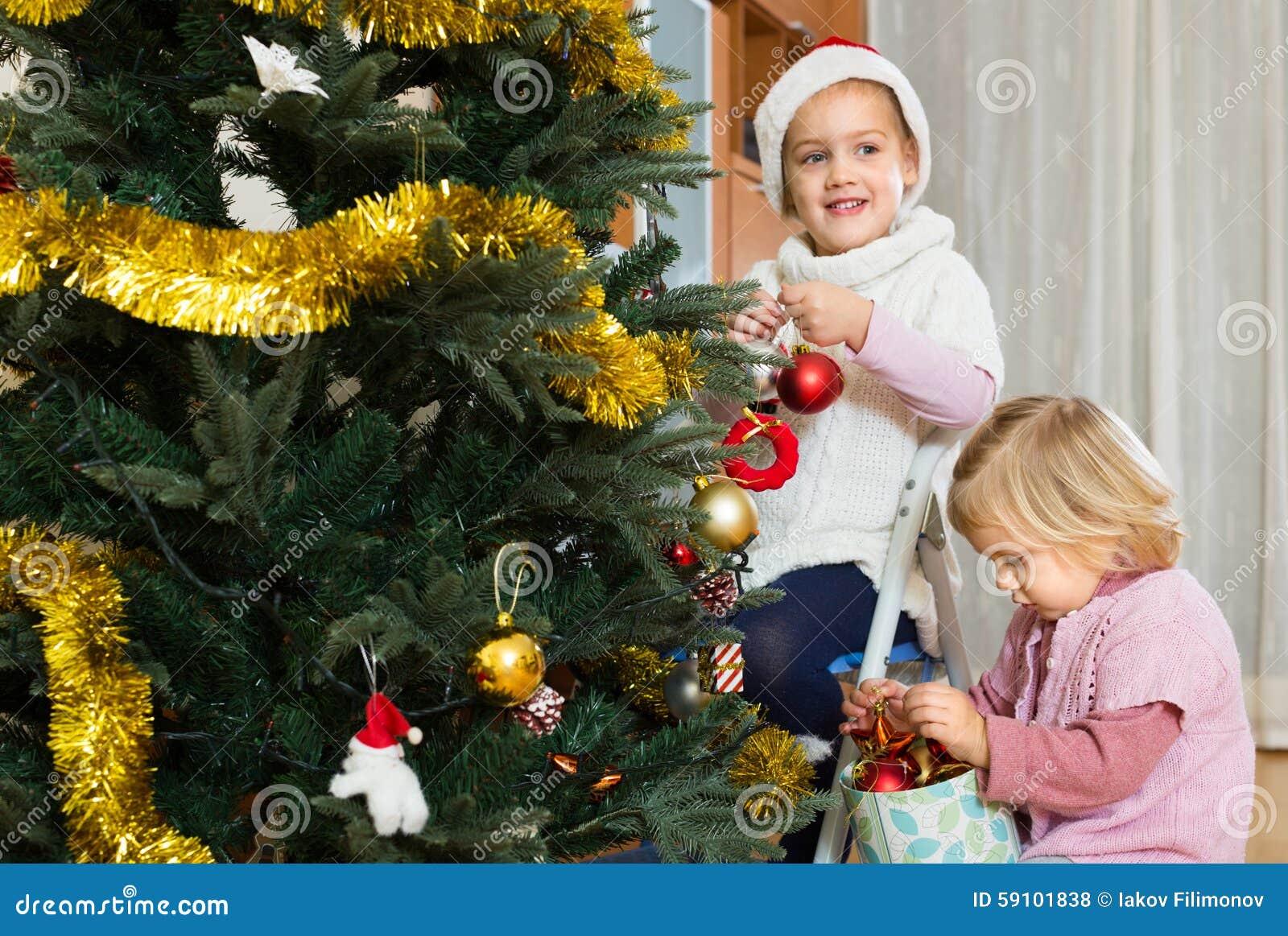 装饰圣诞树的小女孩
