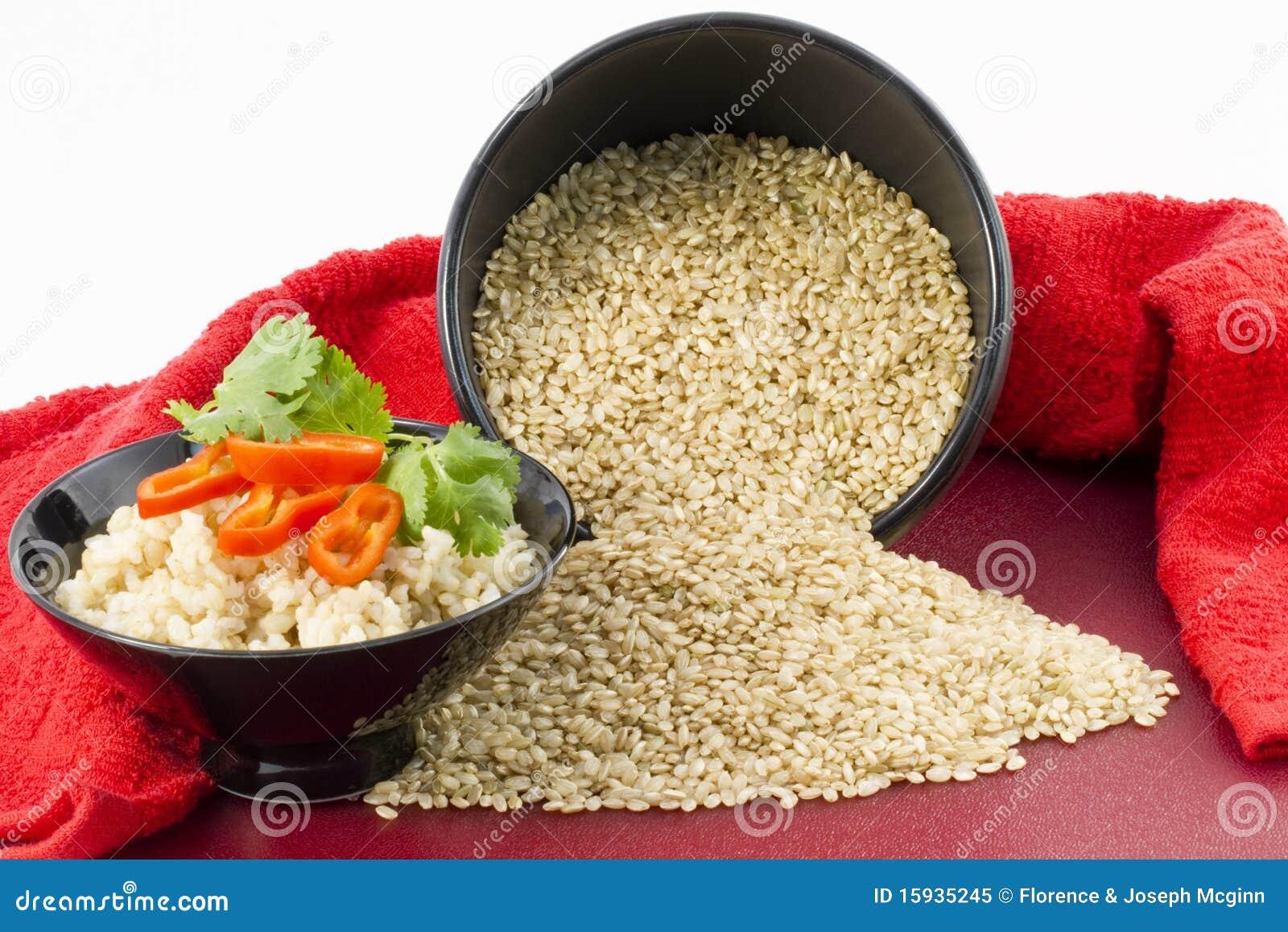 褐色煮熟的原始的米