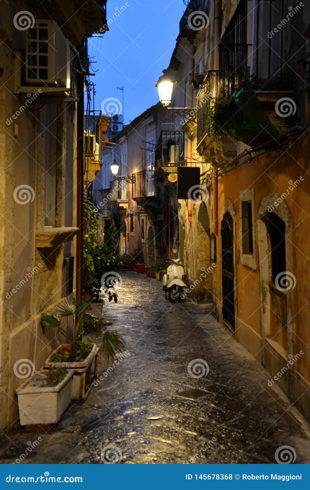 西拉库萨,西西里岛,意大利 市中心正方形的夜视图