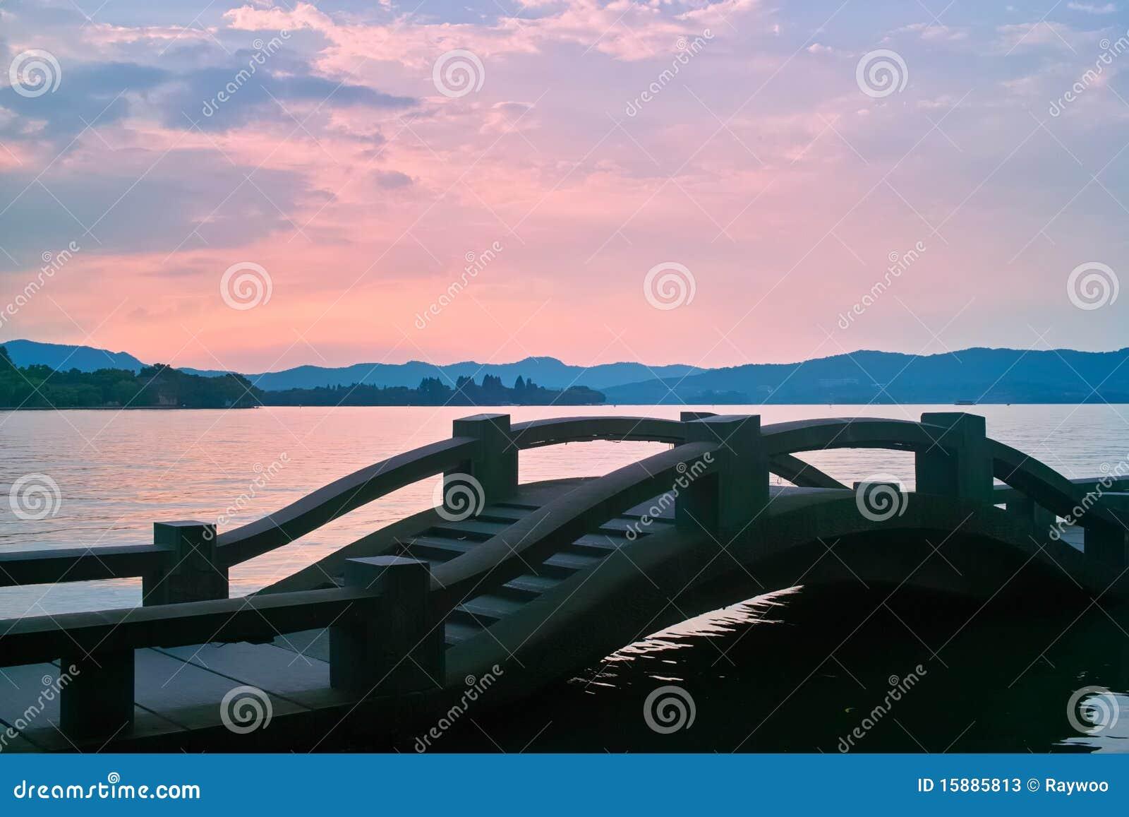 西方桥梁瓷湖长的日落
