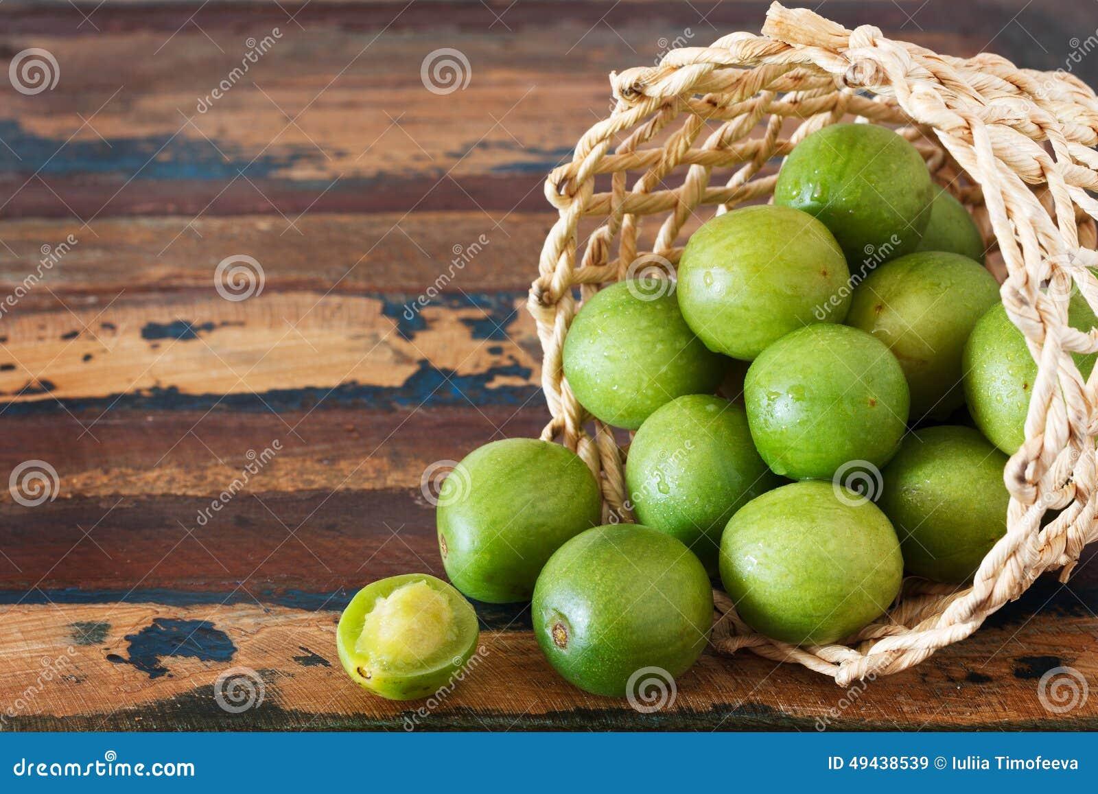 巴西果子热带母果tuberosa (巴西李子,umbu, imbu)在柳条筐 选择聚焦