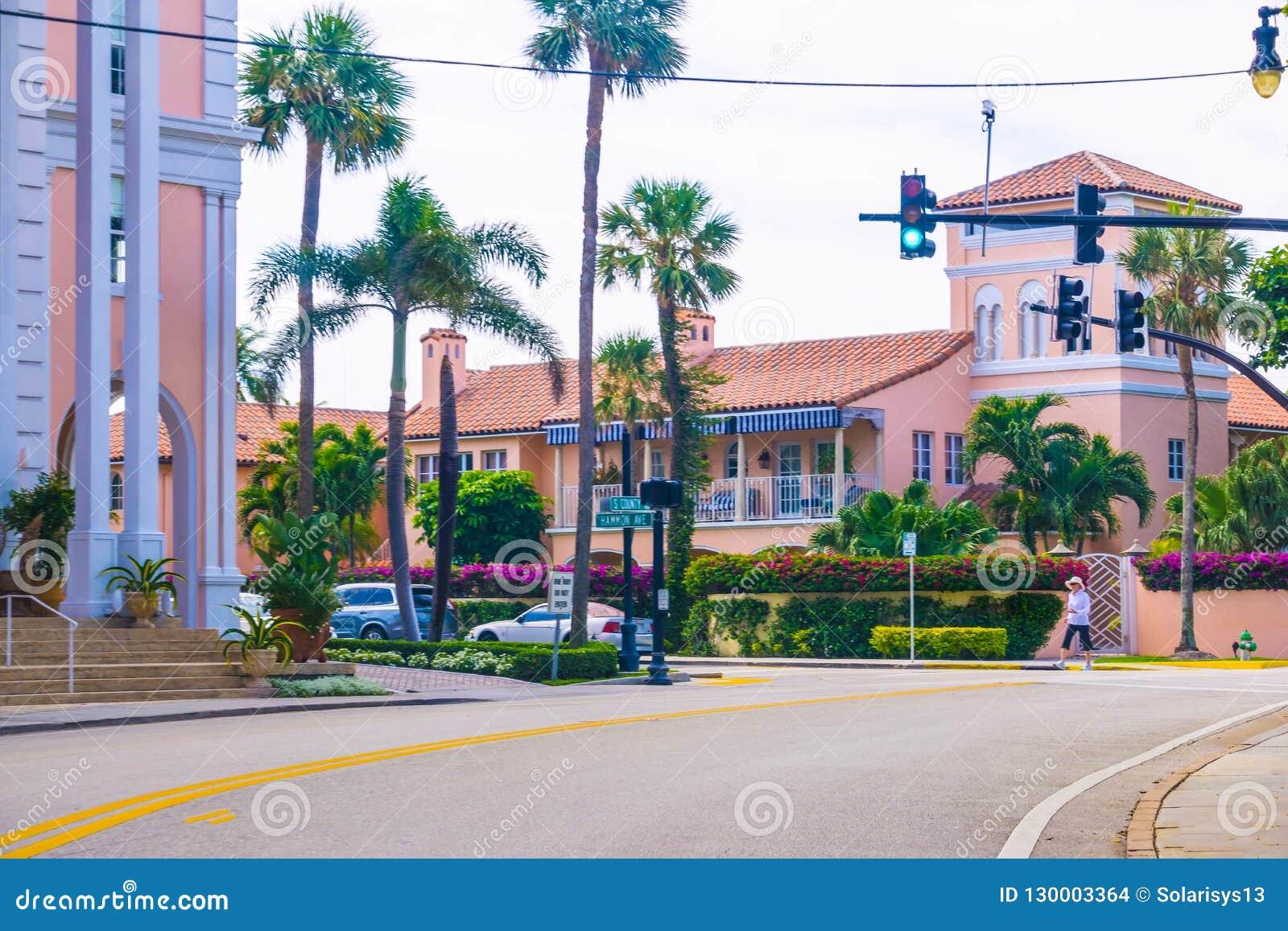 西棕榈海滩,佛罗里达2018年5月-7 :有汽车的路在棕榈滩,佛罗里达,美国