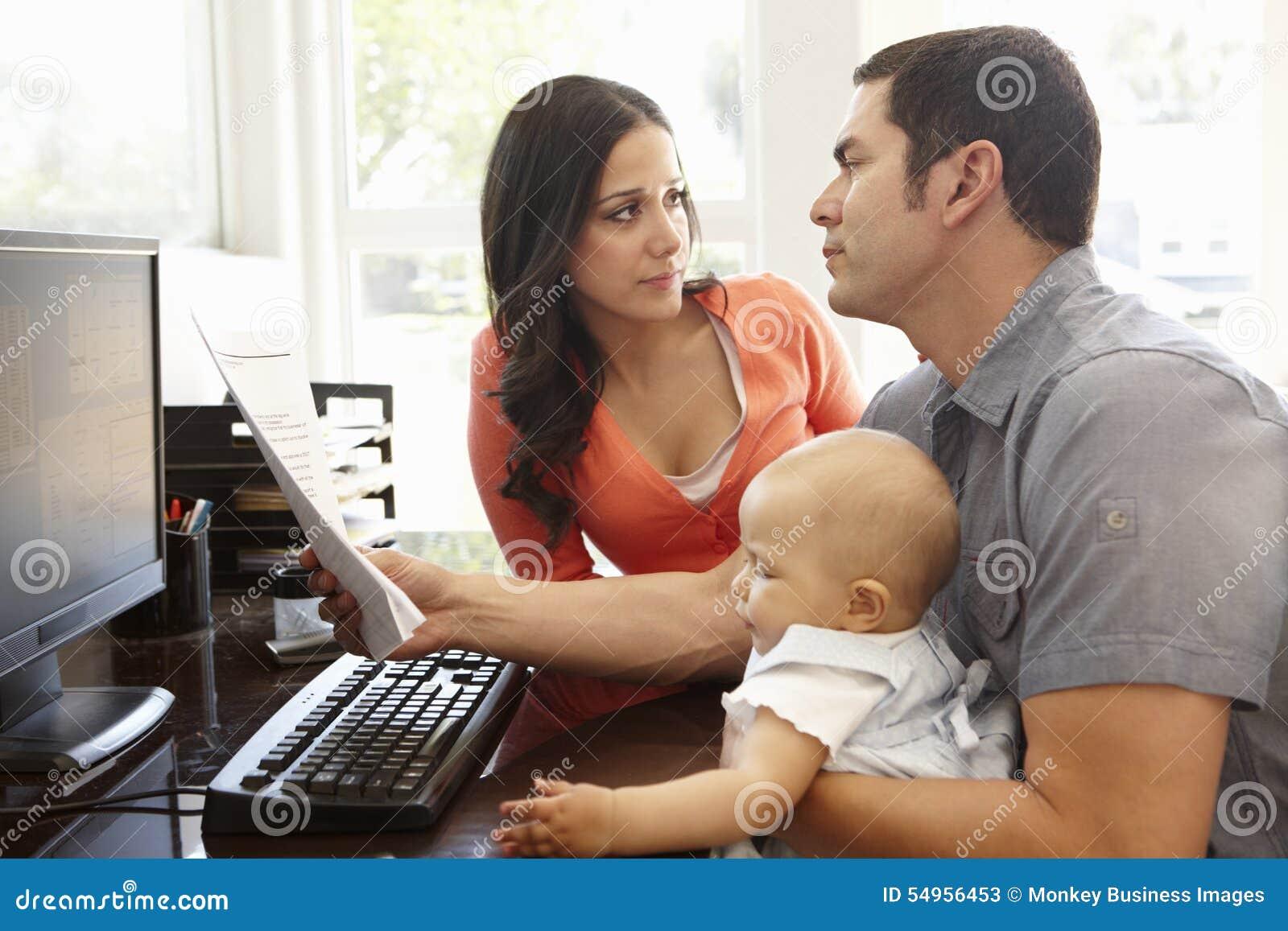 西班牙夫妇和婴孩在家庭办公室