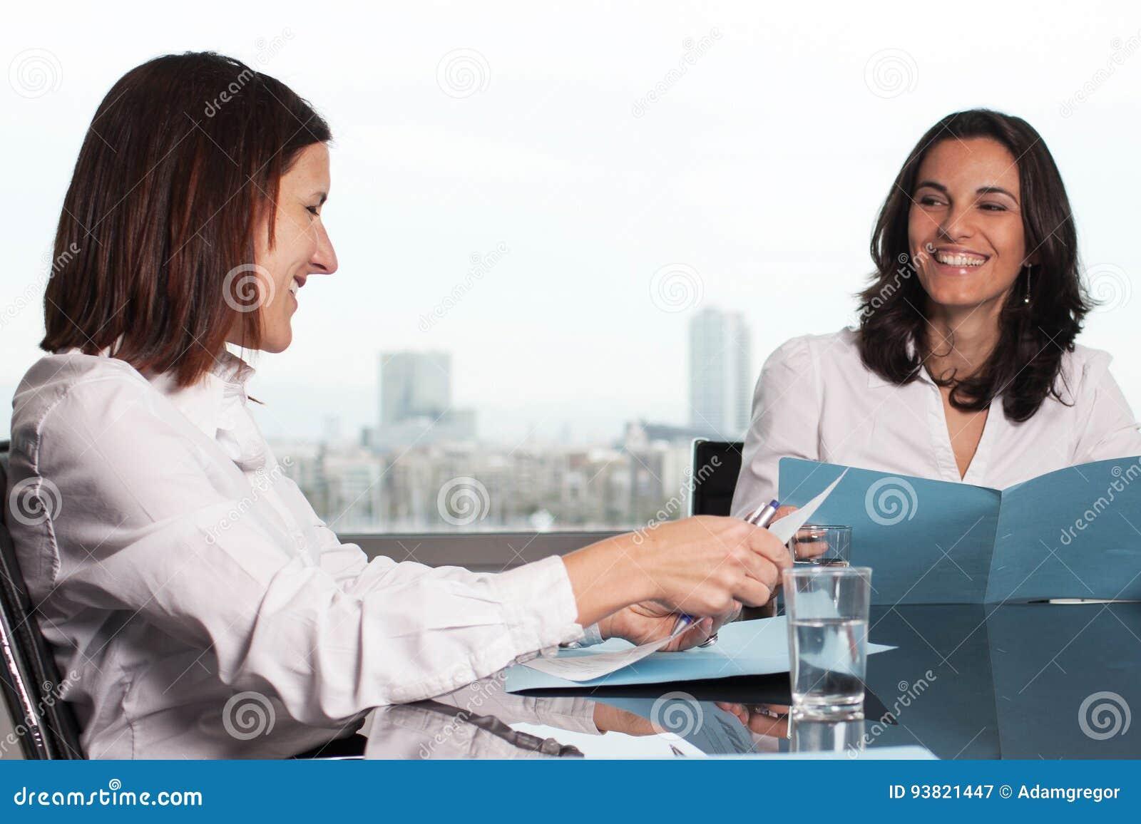 西班牙女实业家微笑