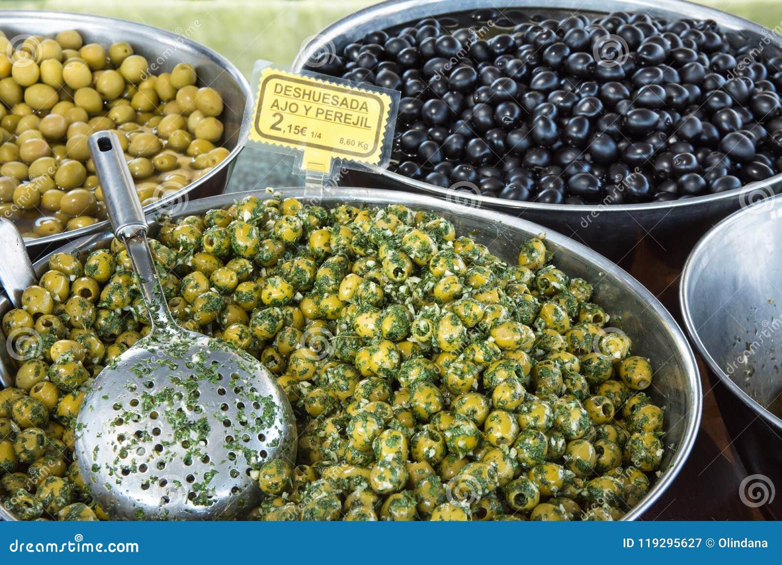 西班牙样式在油用卤汁泡的挖坑的绿色和黑橄榄用大蒜和荷兰芹 地中海烹调 健康饮食塔帕纤维布