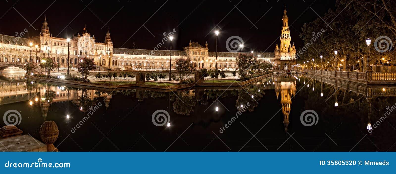 西班牙正方形(Plaza de西班牙)在塞维利亚在晚上,西班牙。