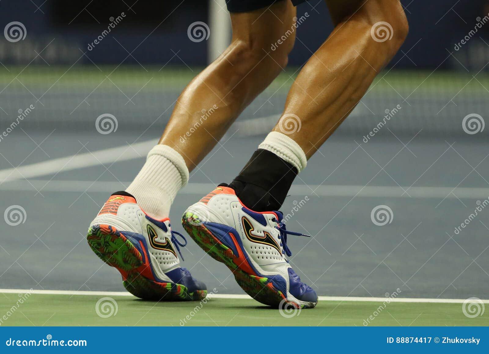 西班牙的职业网球球员马塞尔・格拉诺勒斯穿习惯Joma网球鞋在美国公开赛期间2016年