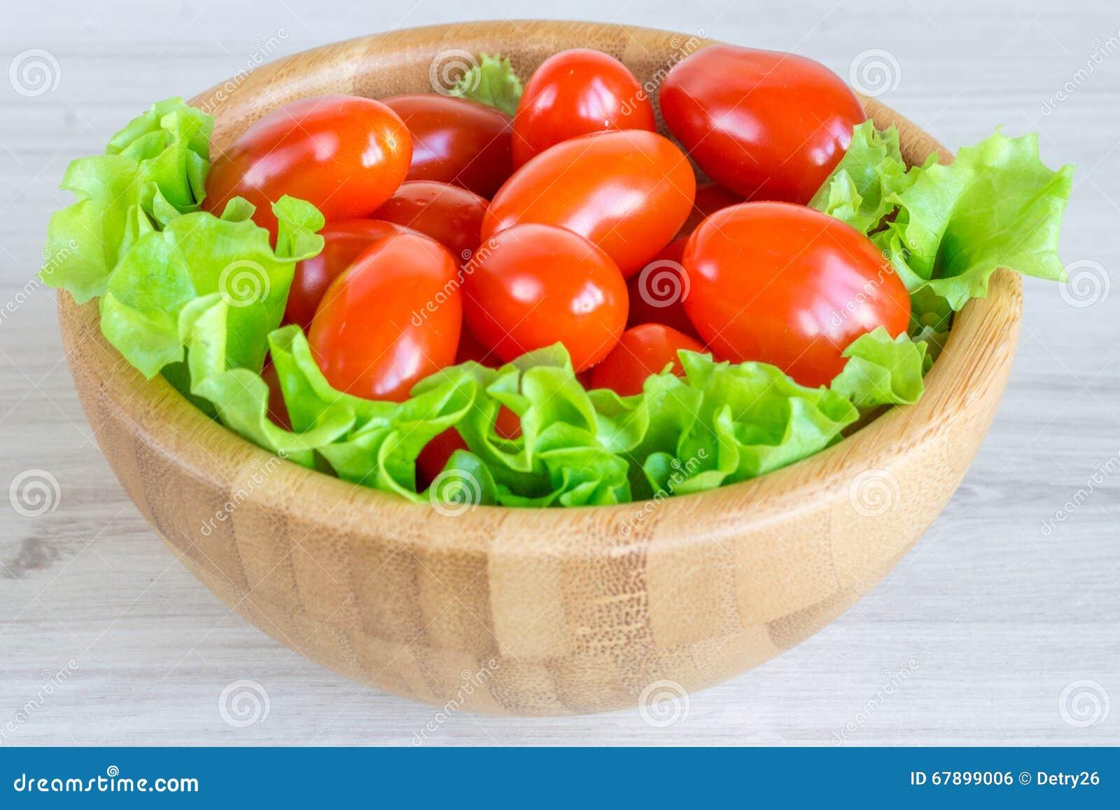 西红柿和新鲜的草本